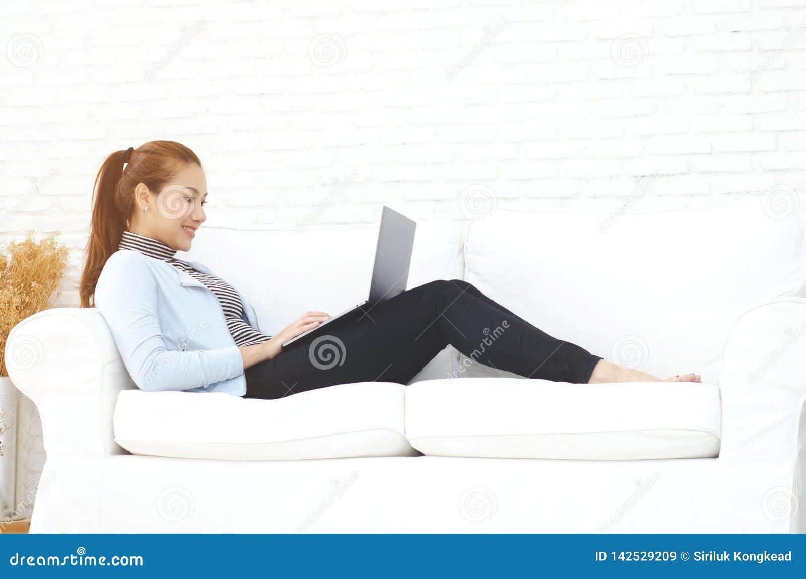 Une femme travaillant dans sa chambre