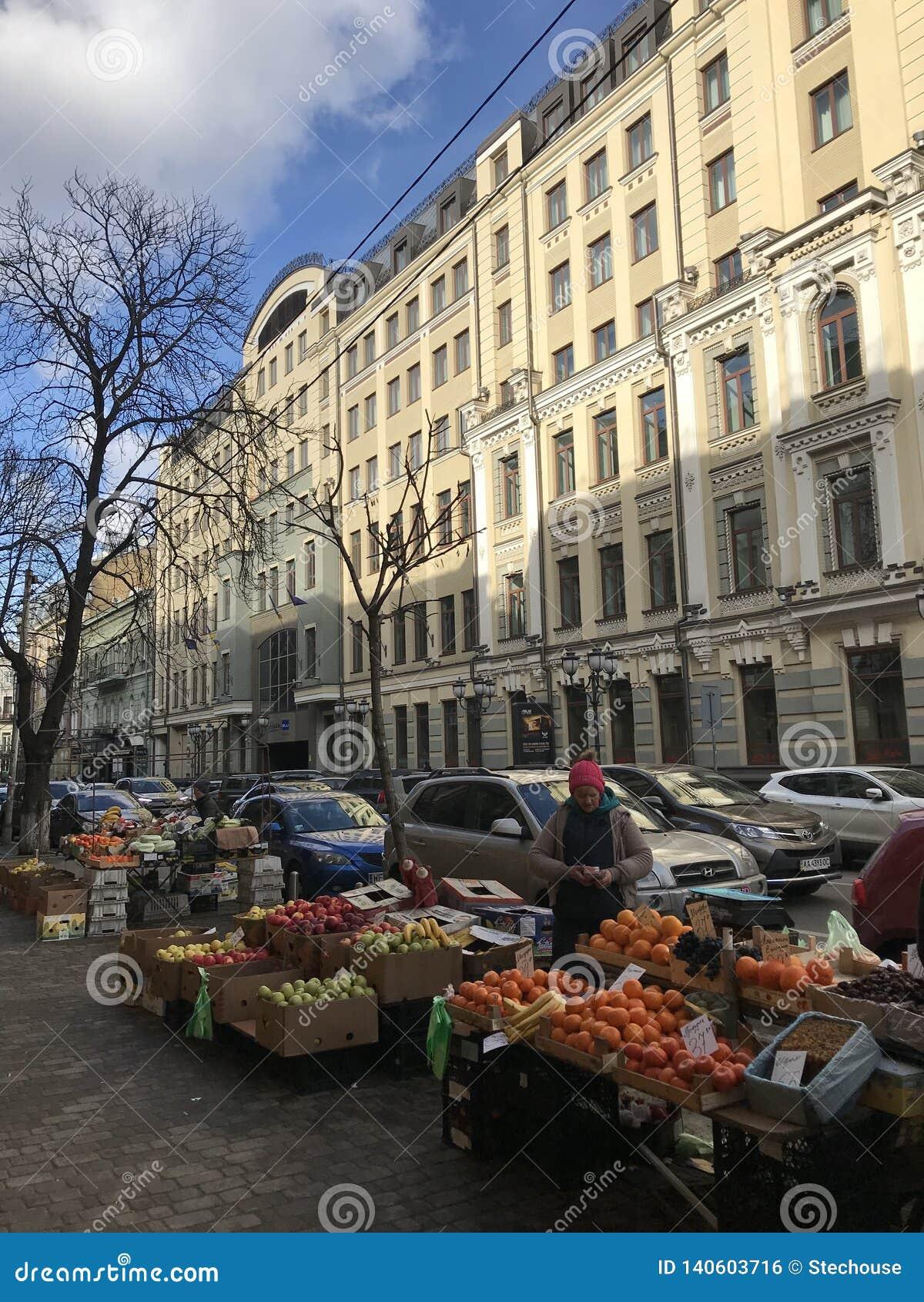 Une femme vend le fruit en dehors de des portes d or à Kiev - en UKRAINE