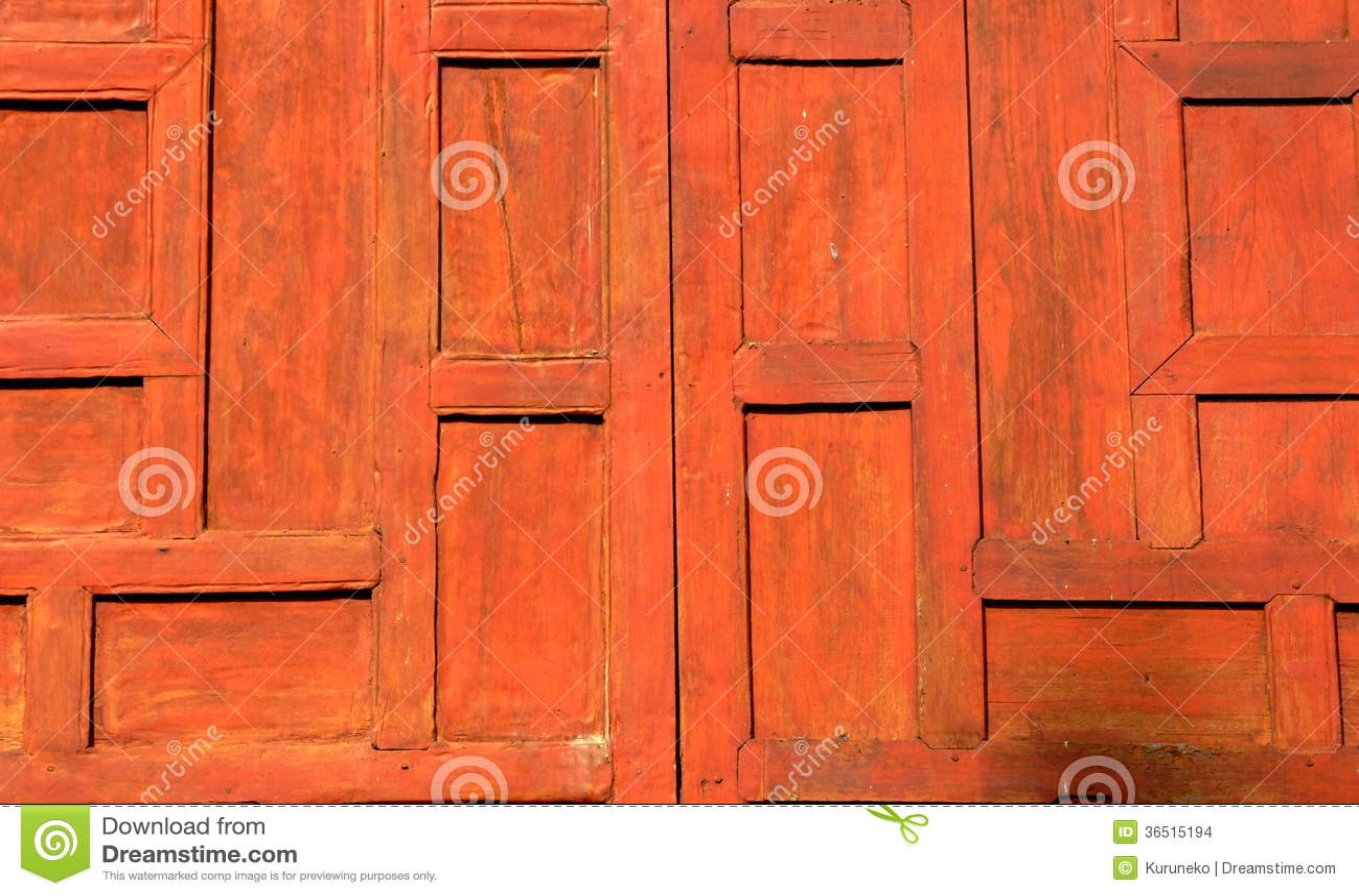 Une fenêtre en bois fermée