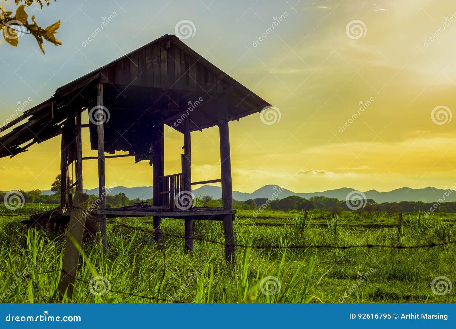 Une ferme paisible sur la campagne le paysage de la zone rurale le temps de coucher du soleil de soirée a créé le sentiment de dé