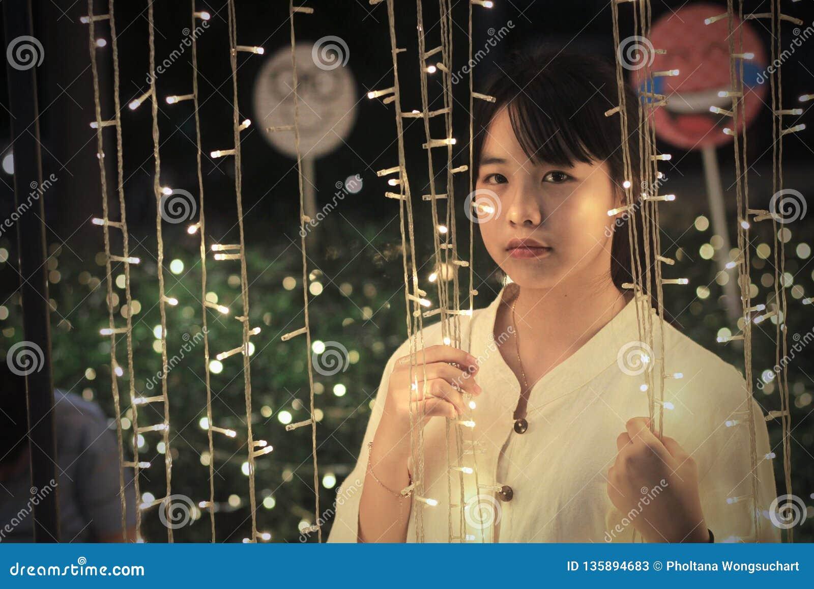Une fille asiatique mignonne regardant mené éclairage