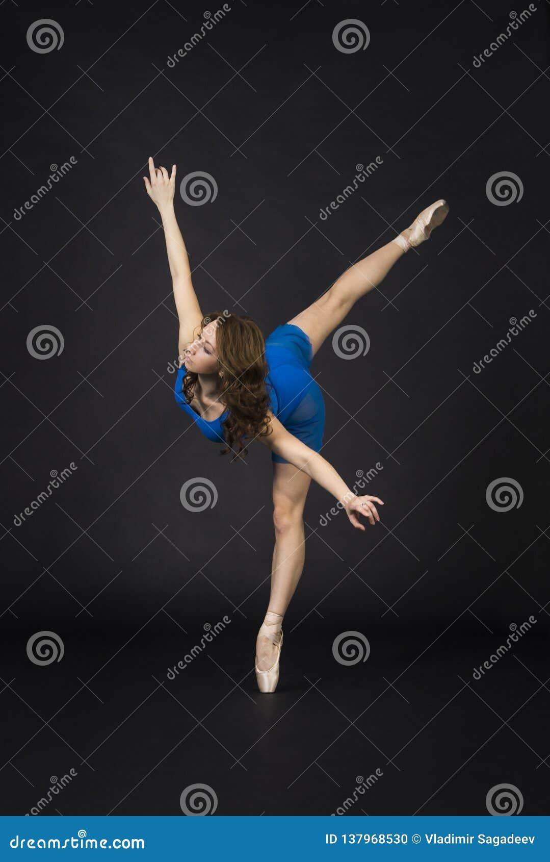 Une fille avec de longs cheveux, dans une robe bleue et des chaussures de Pointe, ballet de danse