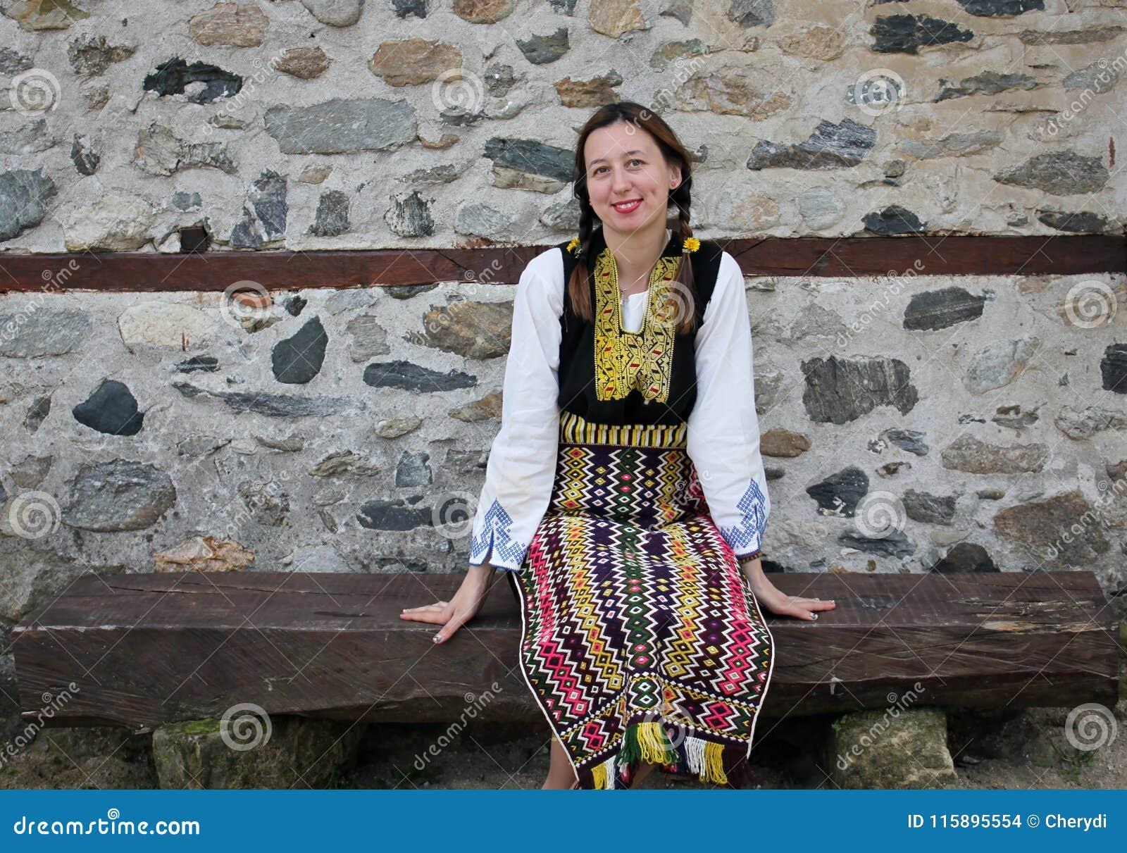 La photo extérieure d une belle femme bulgare s est habillée dans un costume  traditionnel de folklore a38d091d6f8
