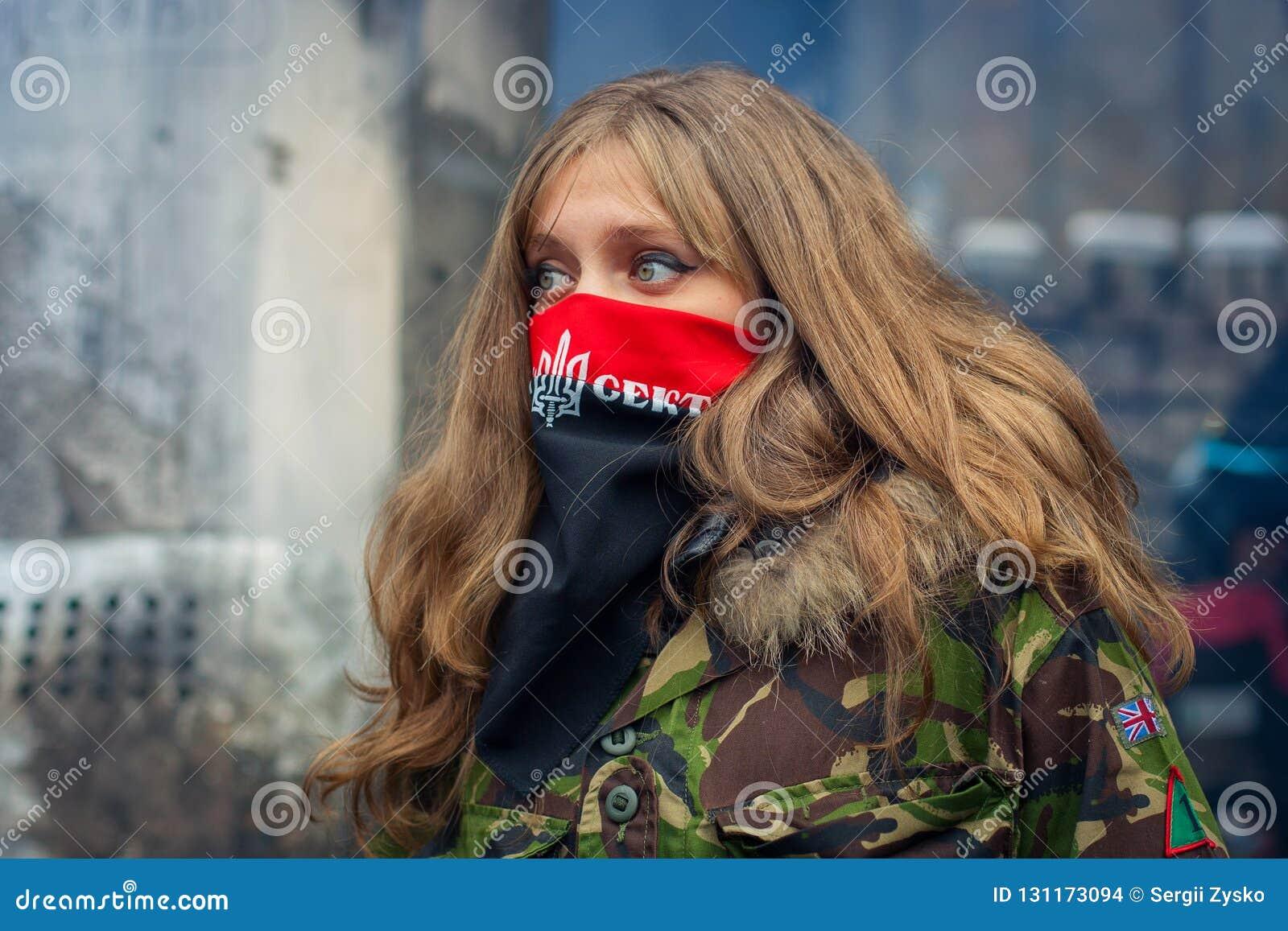 Une fille du bon secteur pendant les démonstrations sur EuroMaidan