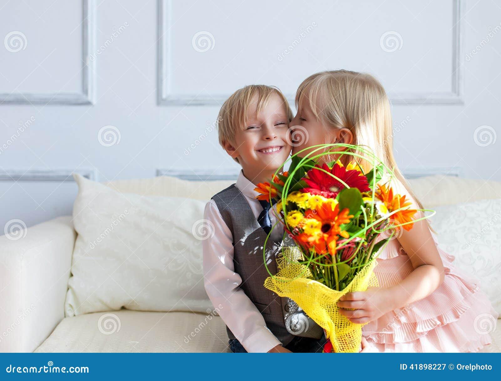 Fille nue embrasser un garçon