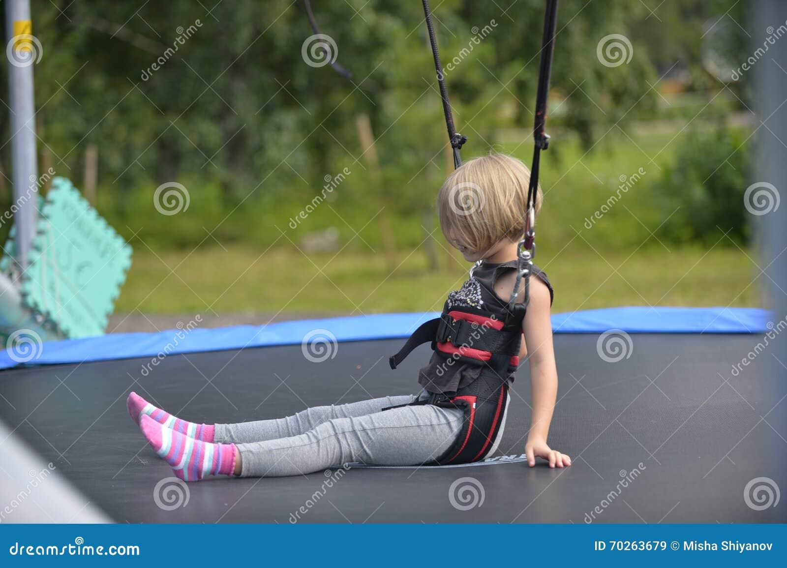 Une fille fait sauter sur l attraction sautante
