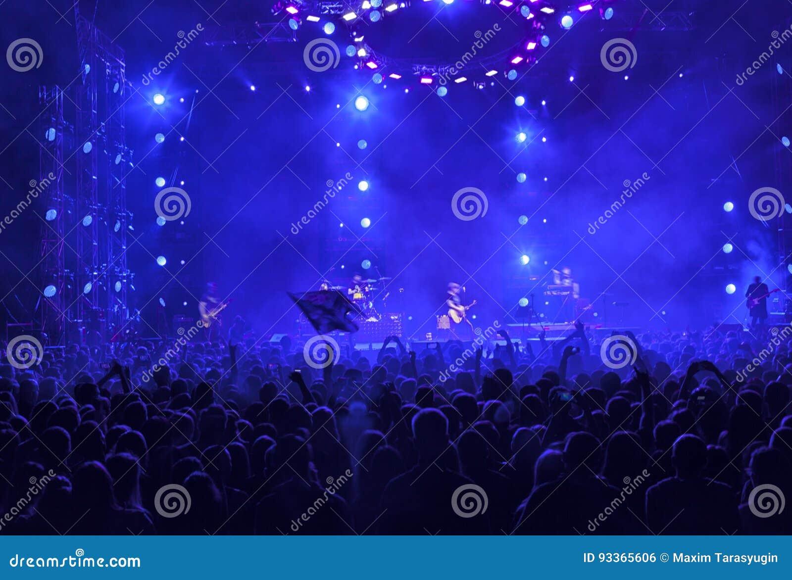 Une foule des personnes à un concert