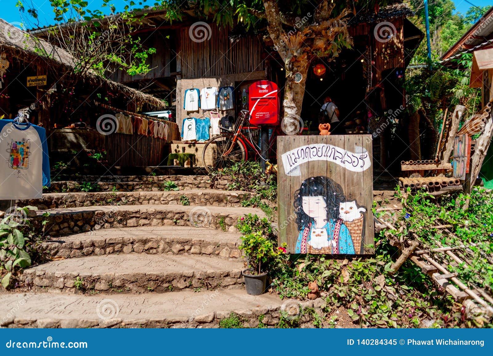 Une galerie et une boutique de souvenirs d art dans le village de Maekampong, Chiang Mai