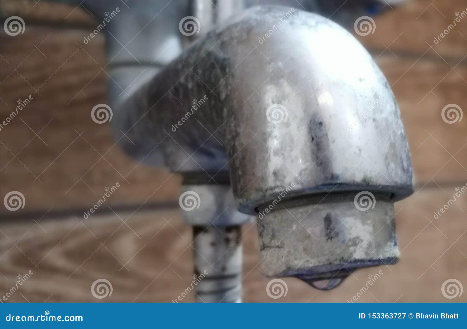 Une goutte de l eau sortant d un robinet