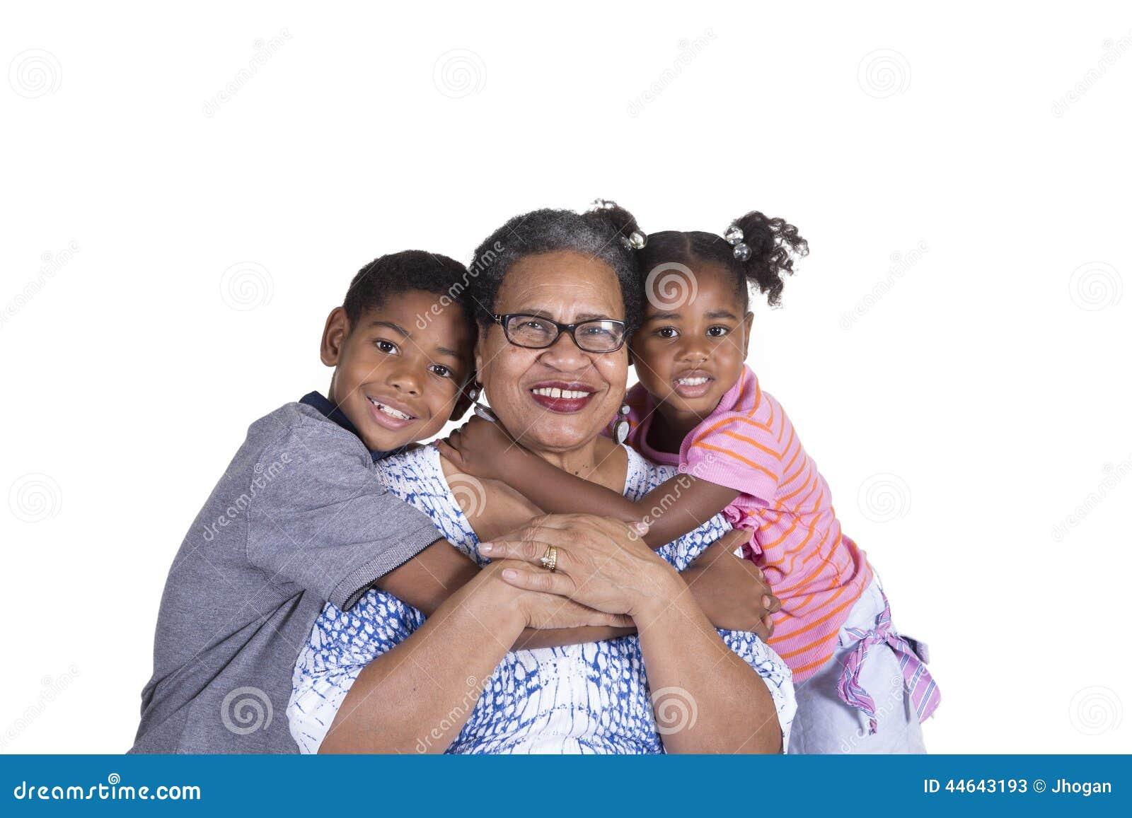 Une grand-mère et ses petits-enfants