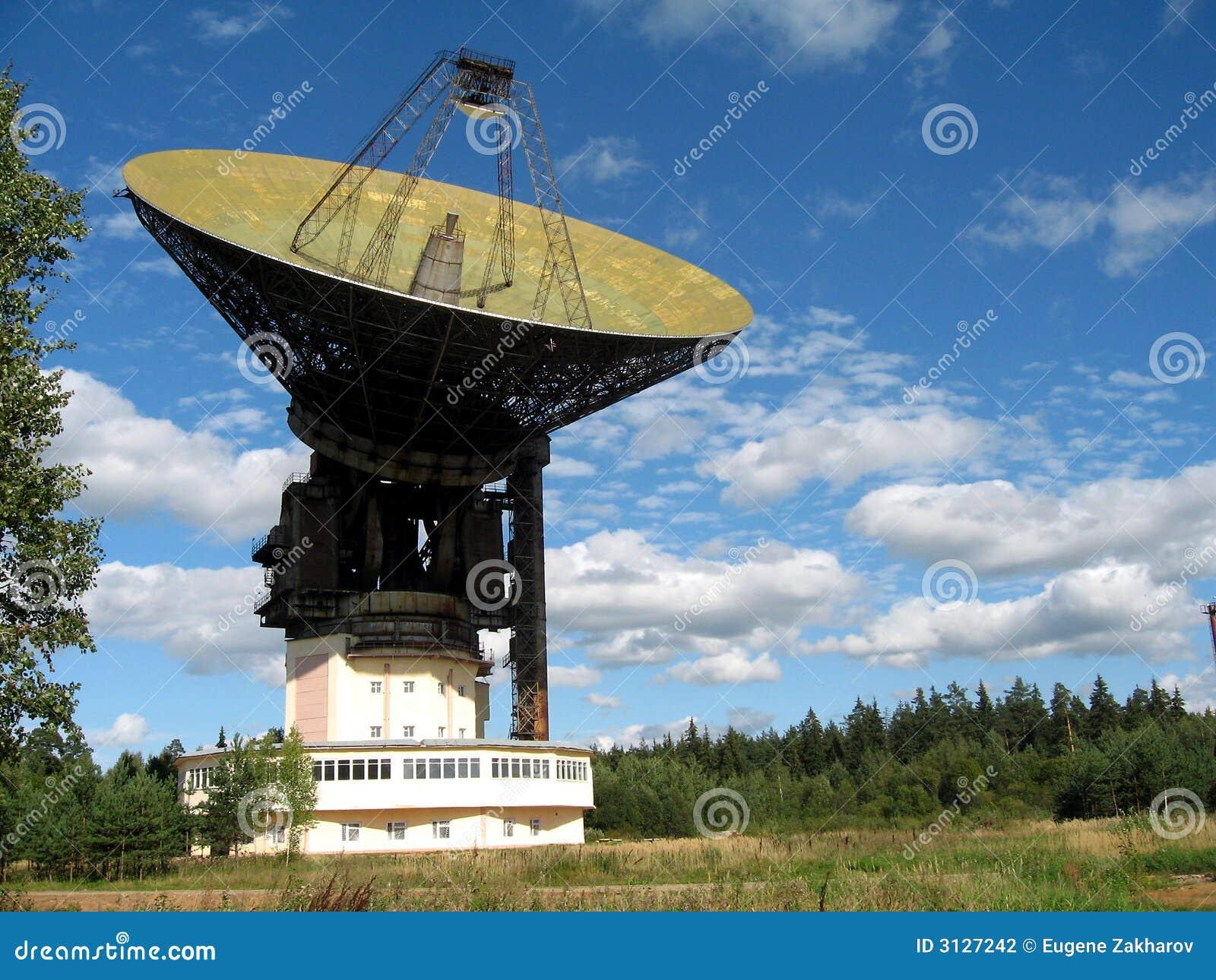 une grande antenne parabolique photo stock image du grand garantie 3127242. Black Bedroom Furniture Sets. Home Design Ideas