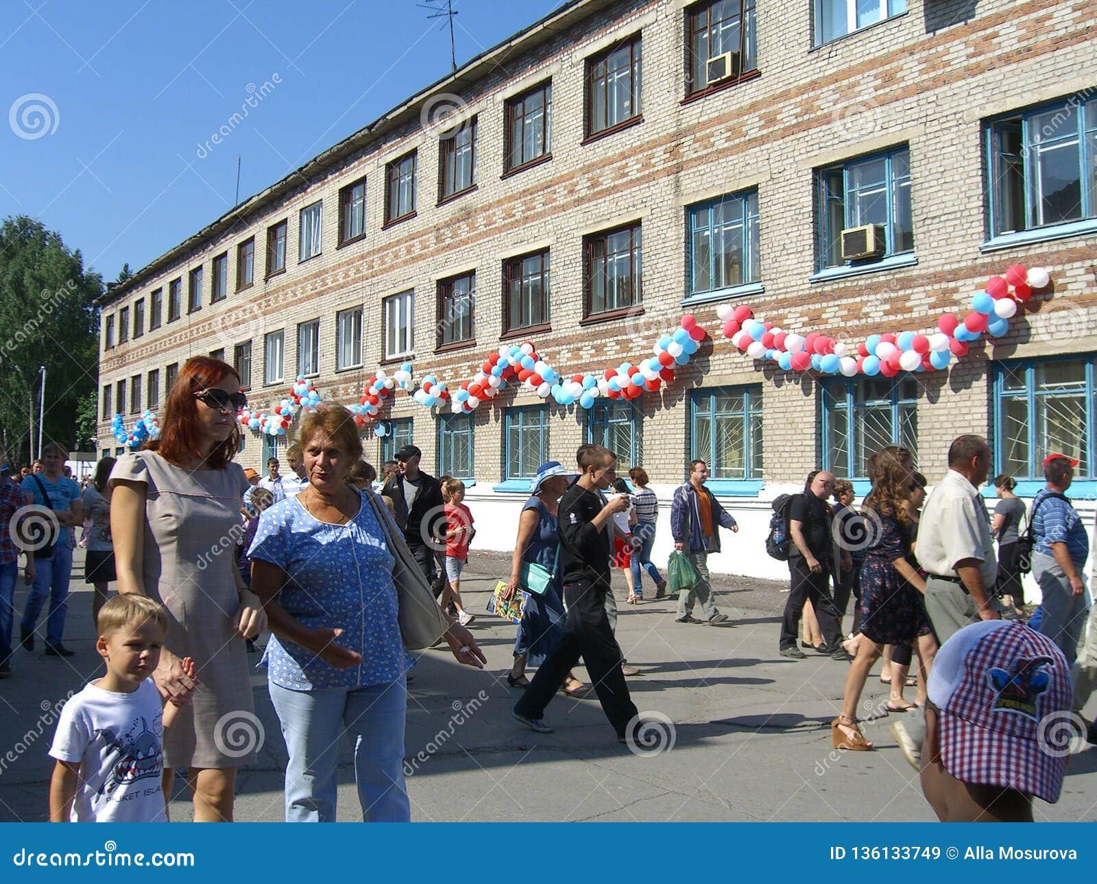 Une grande foule des enfants d hommes de femmes de personnes en vacances dans la promenade d été