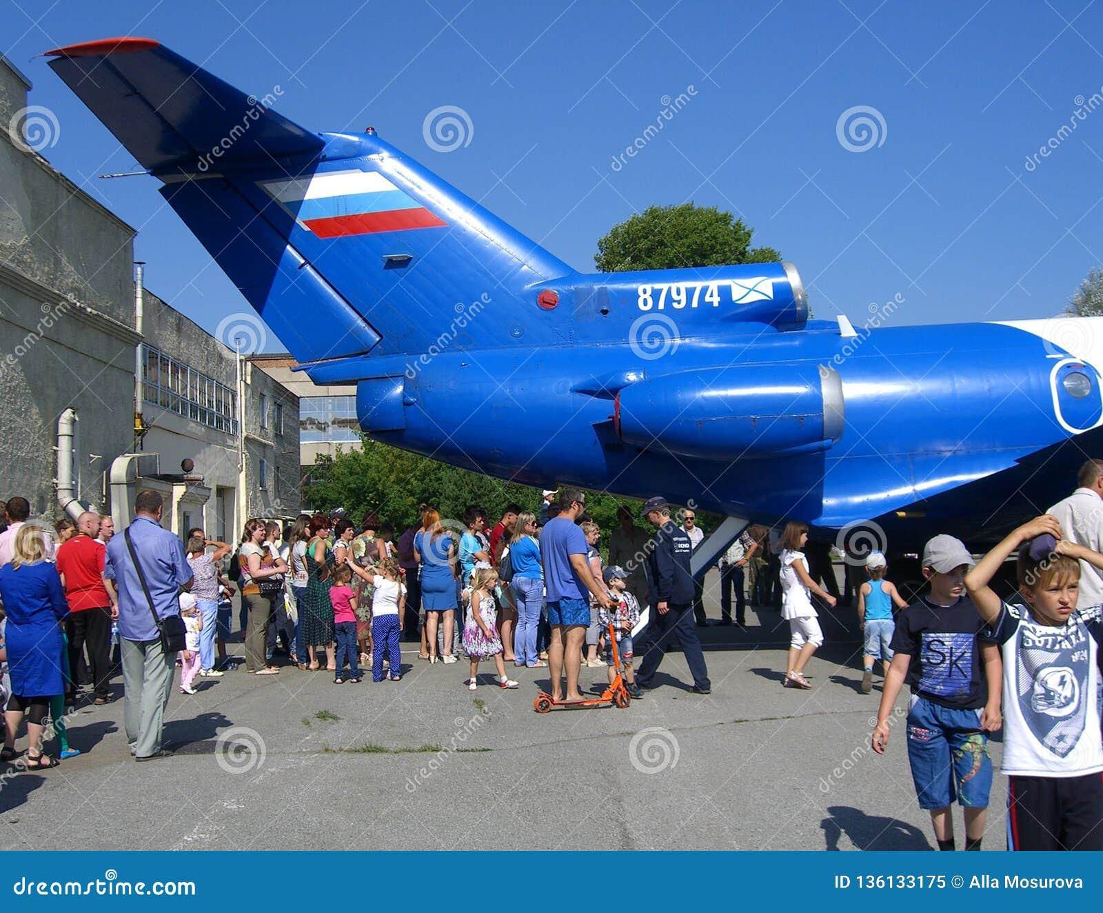 Une grande foule des enfants d hommes de femmes de personnes sur le regard de vacances à la queue de la promenade d avions
