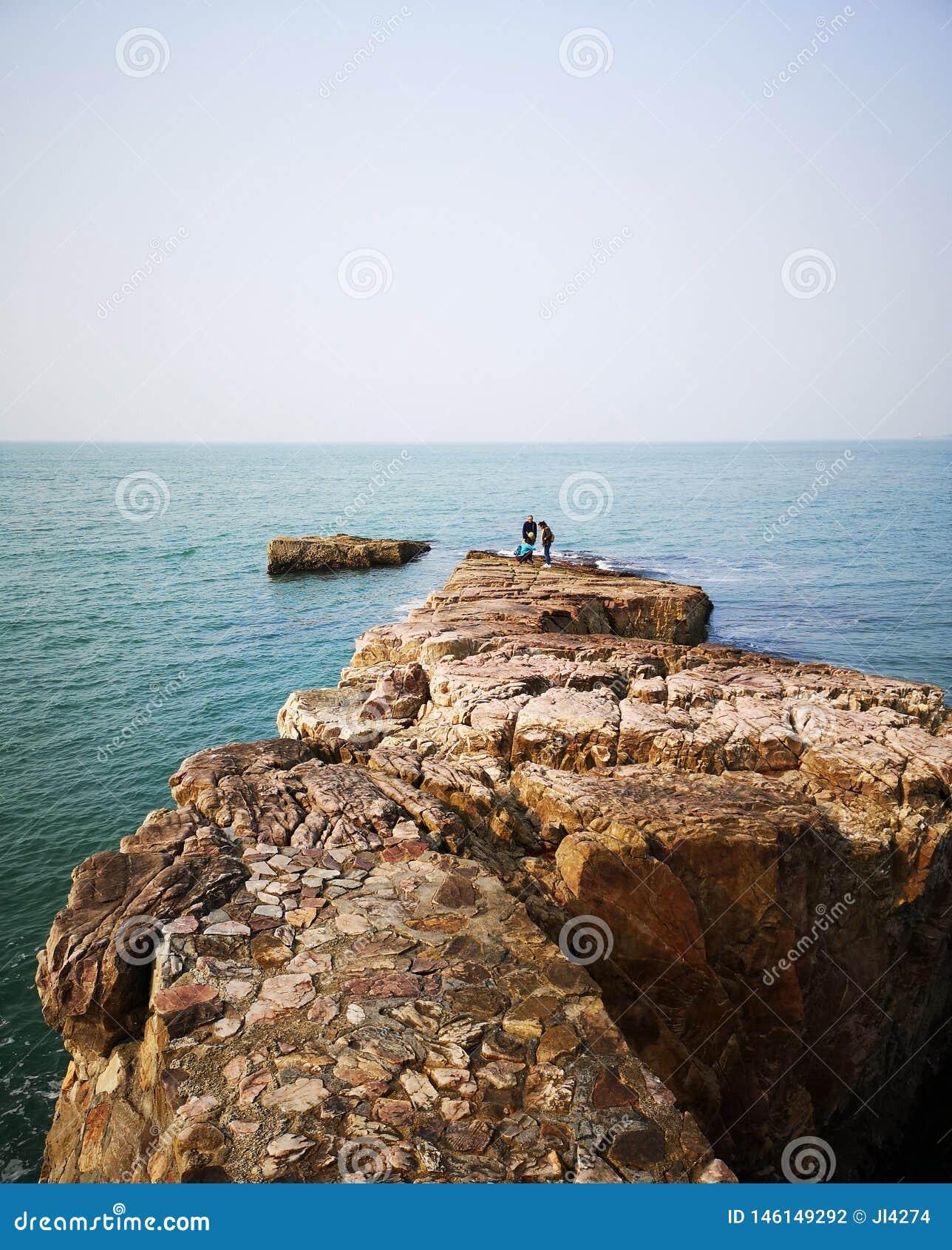 Une grande roche et la Mer de Bohai