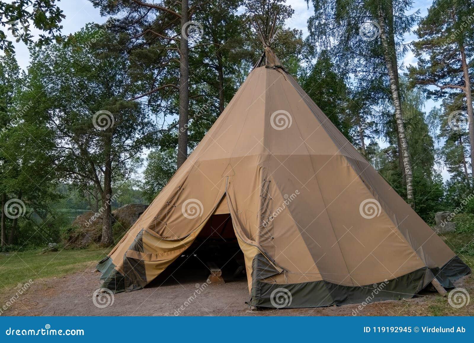 Une grande tente traditionnelle de tipi avec l intérieur glamping luxueux fournit le logement alternatif mais confortable pour l