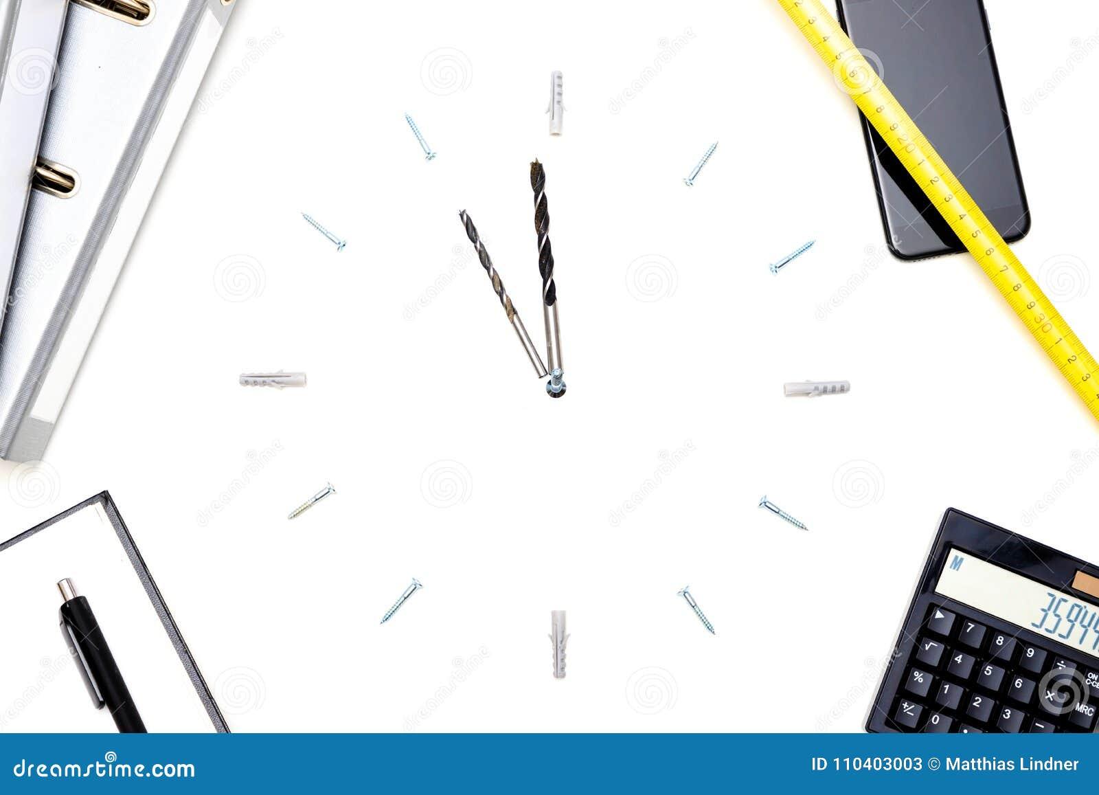 Une horloge faite de vis et exercices symbolise la pression de temps