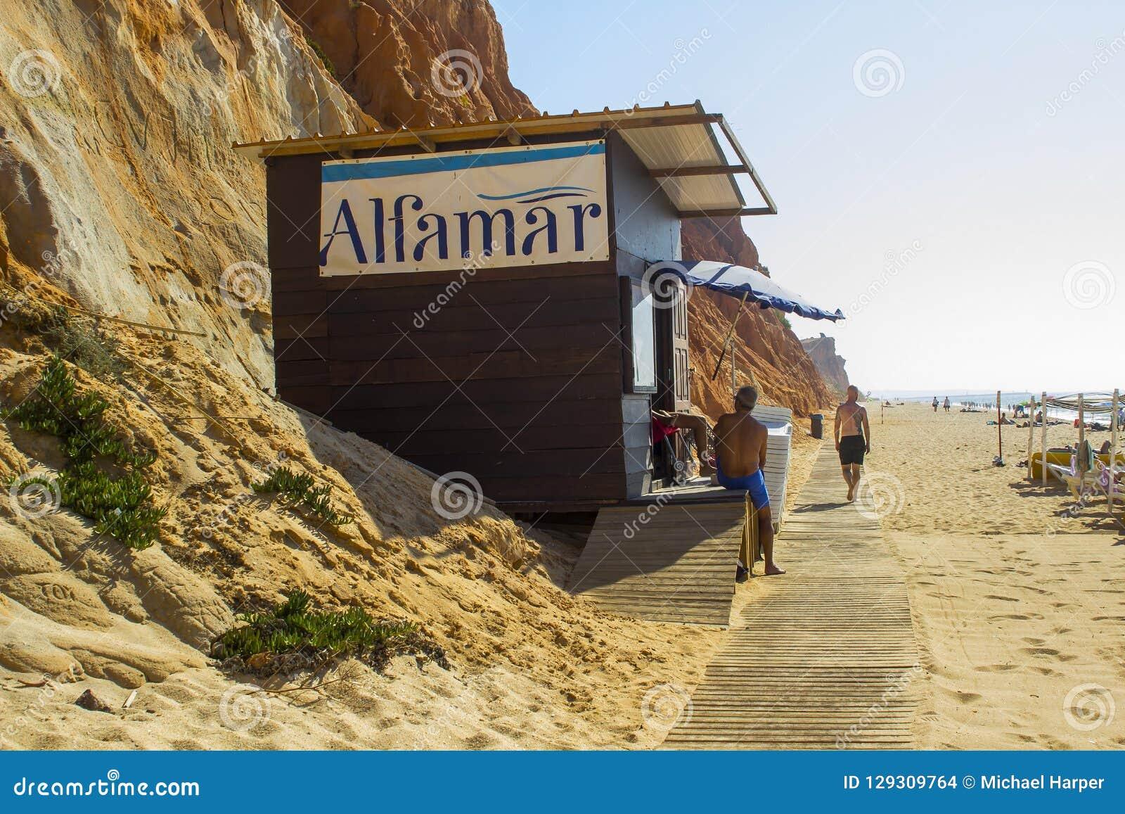 Une hutte de bois de construction appartenant à l hôtel d Alfamar sur la plage Portuga de Falesia