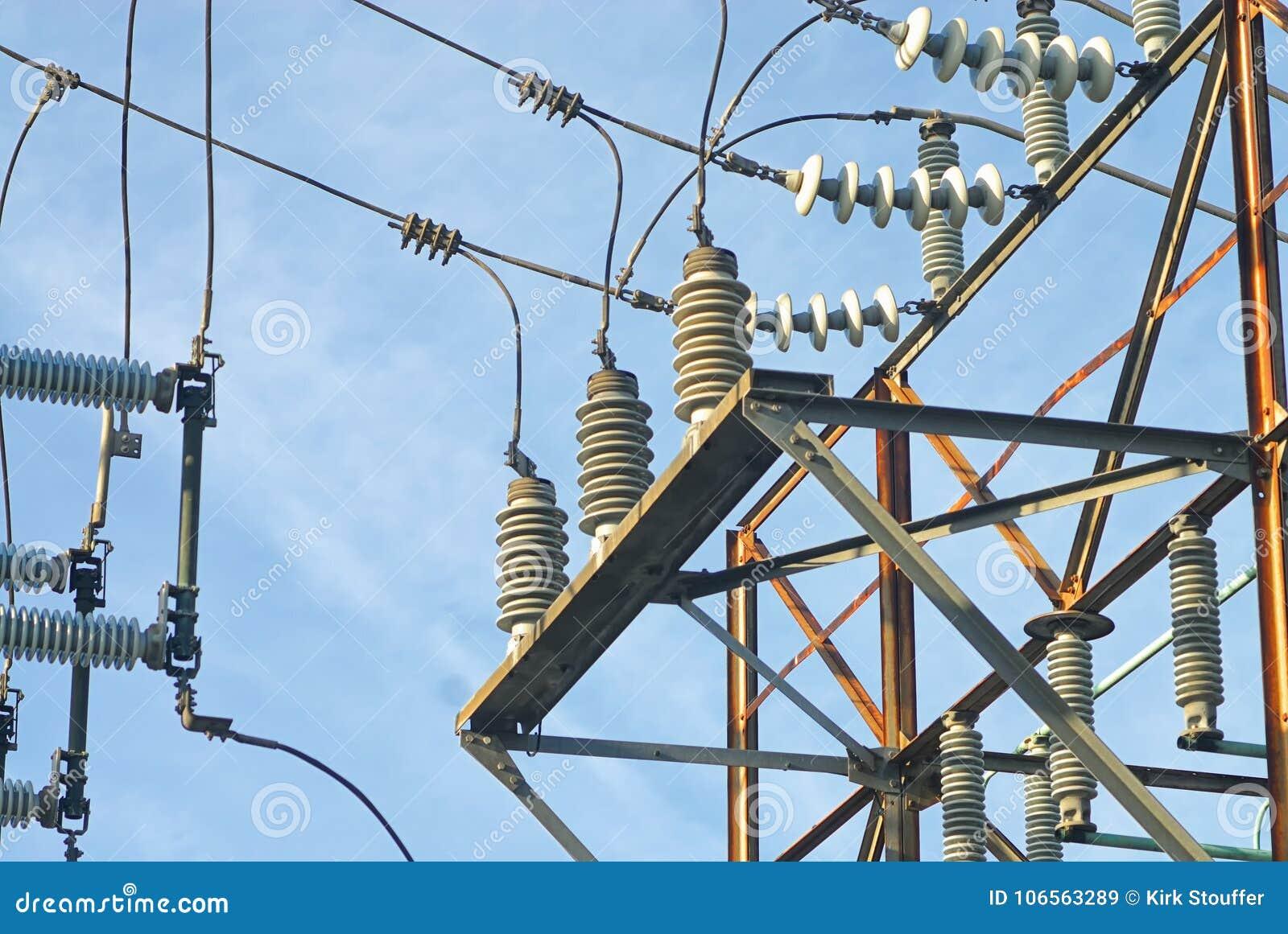 Une image semi artistique des câbles et des isolateurs dans une sous-station de la grille électrique