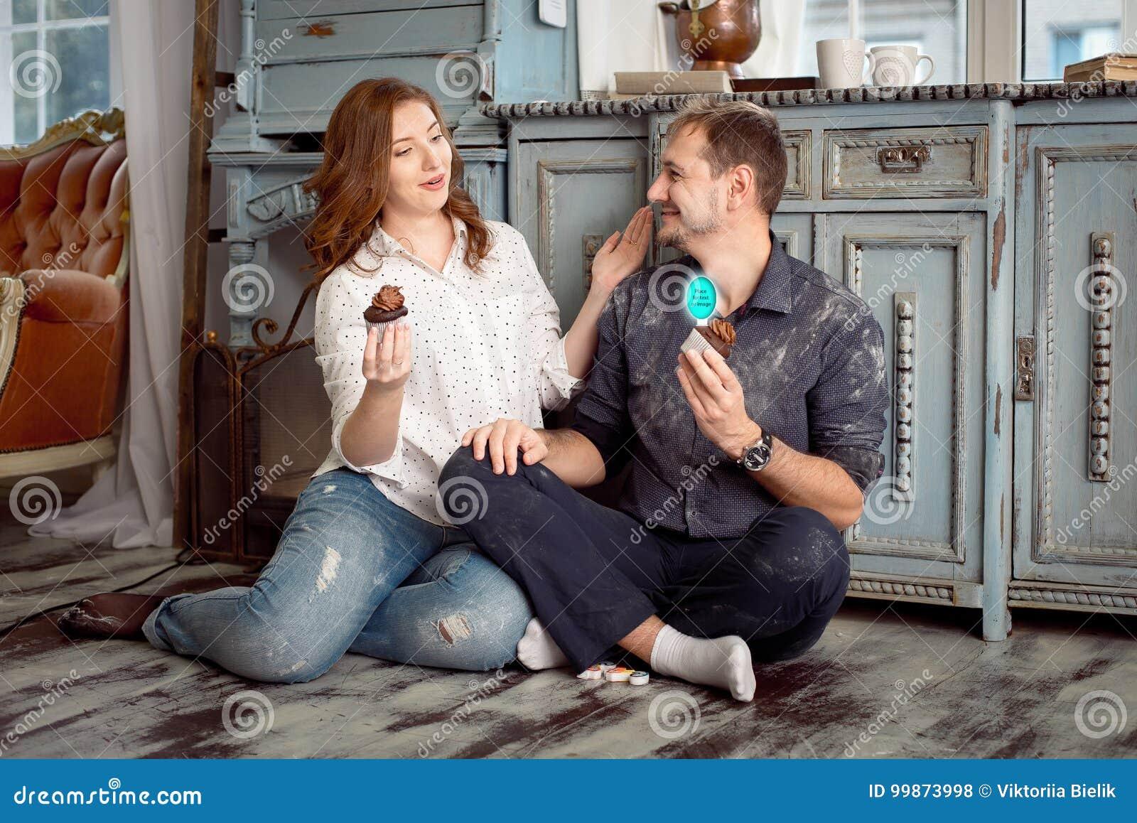 Une jeune exploitation de couples durcit tout en regardant entre eux