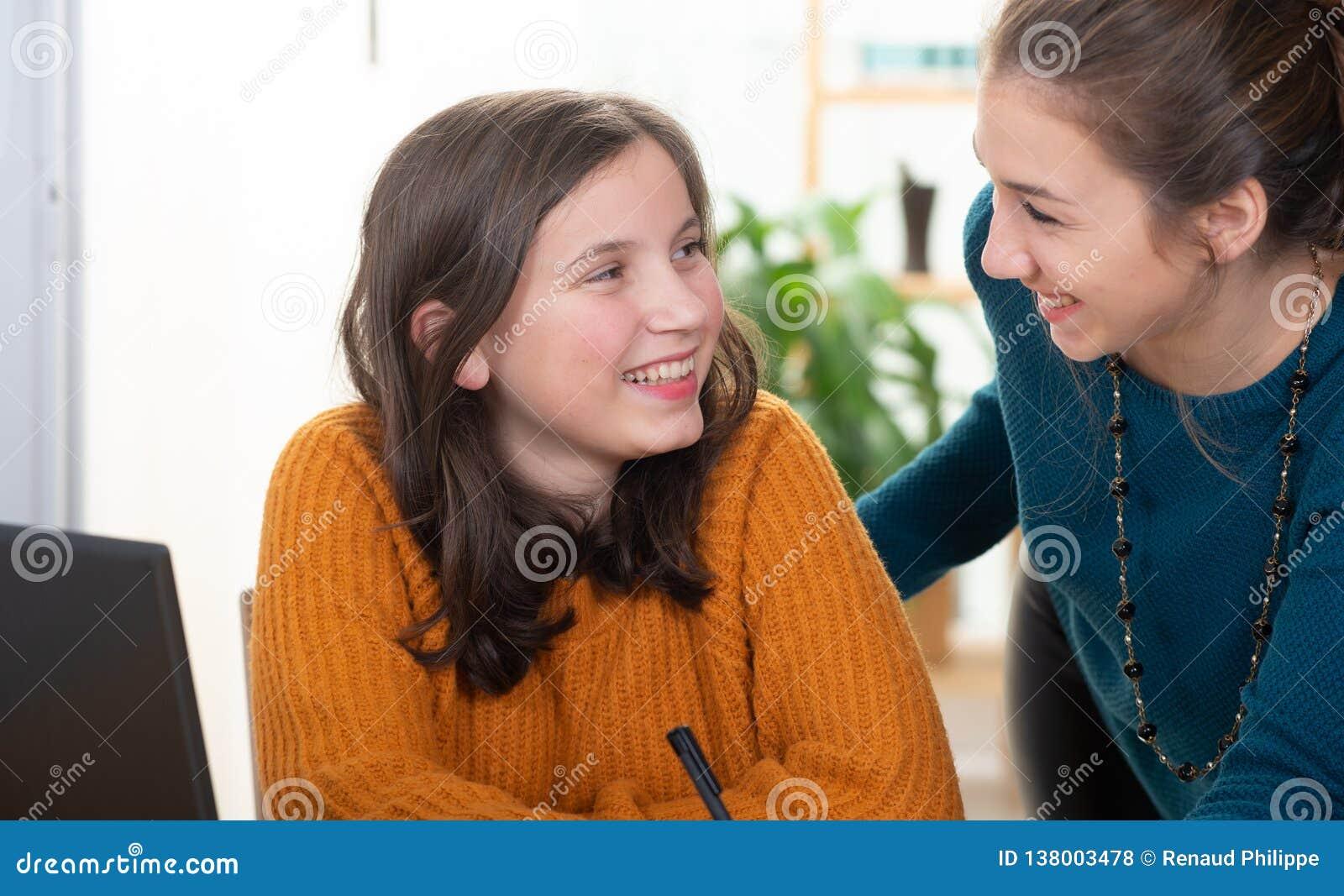 cherche jeune fille pour aide aux devoirs