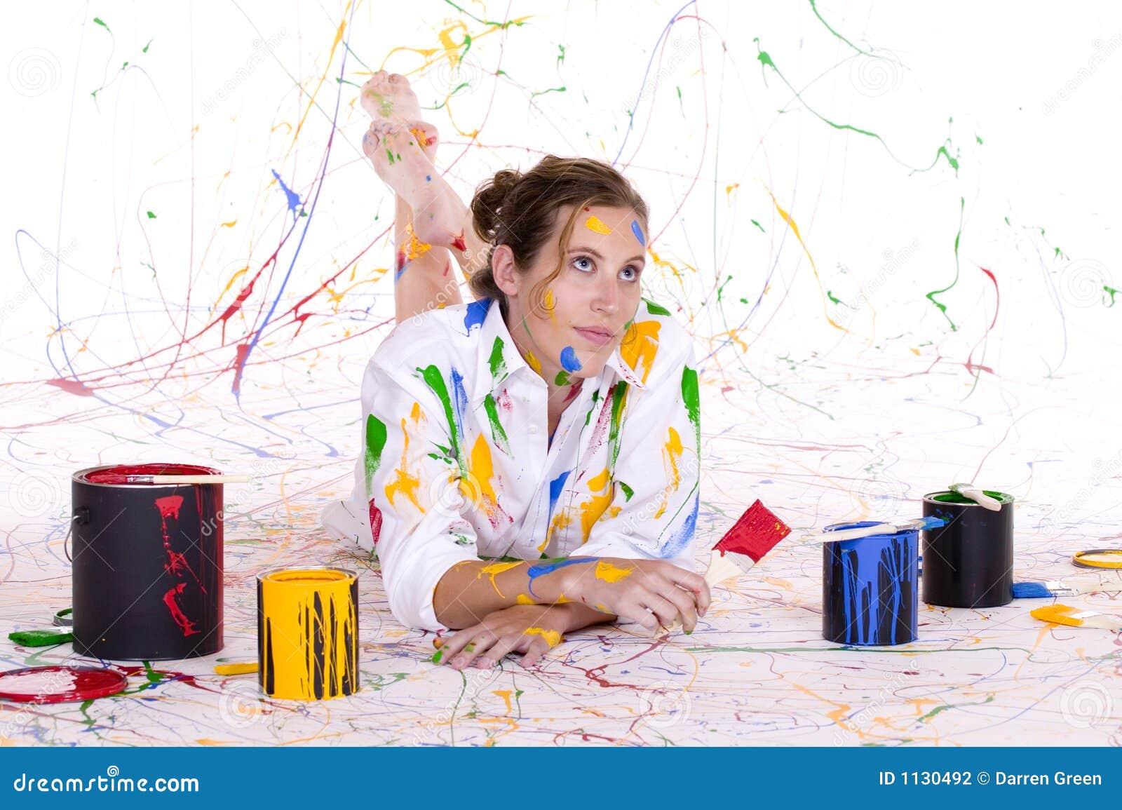 Une jeune femme attirante couverte en peinture colorée