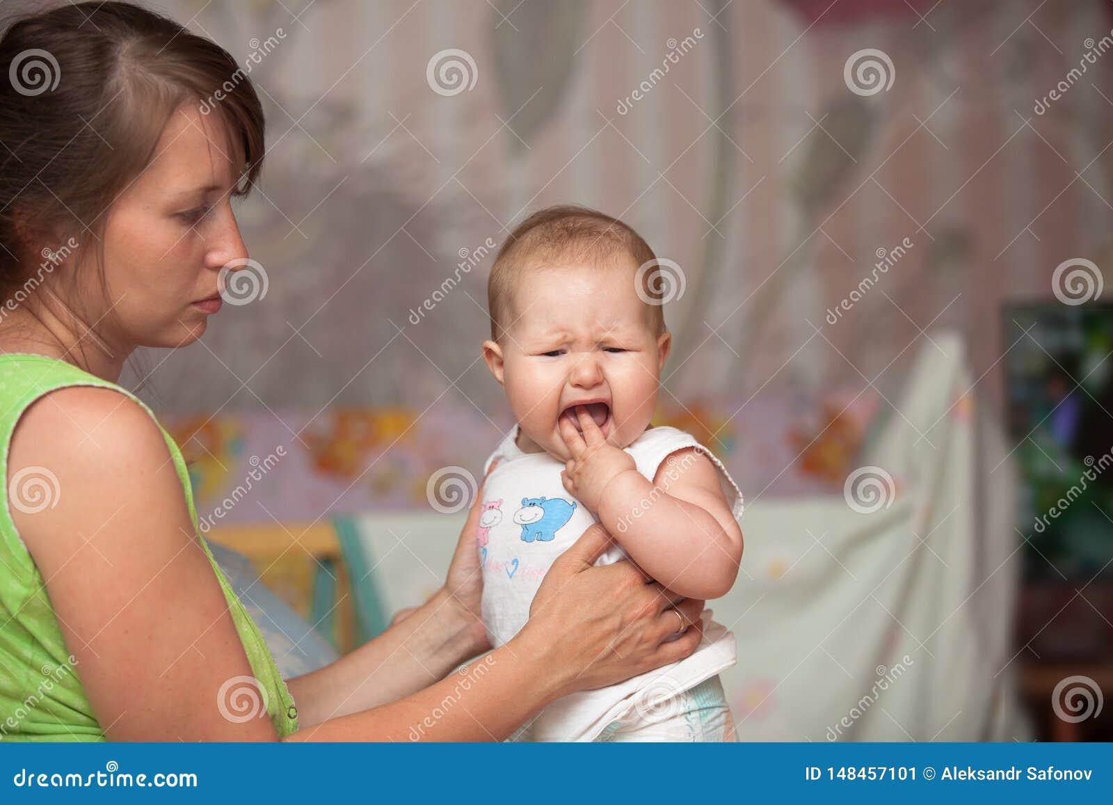 Une jeune femme avec un enfant fait ses dents