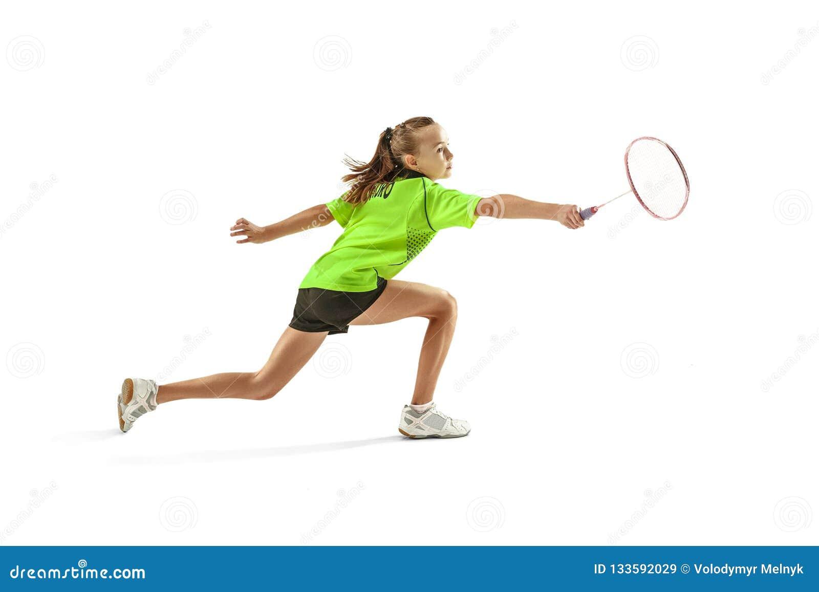 Une jeune femme caucasienne de fille d adolescent jouant le joueur de badminton d isolement sur le fond blanc