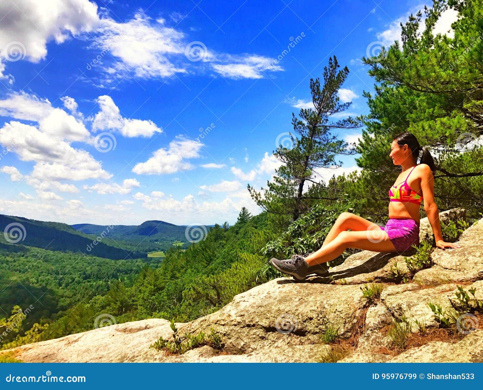Une jeune femme sur le dessus de montagne
