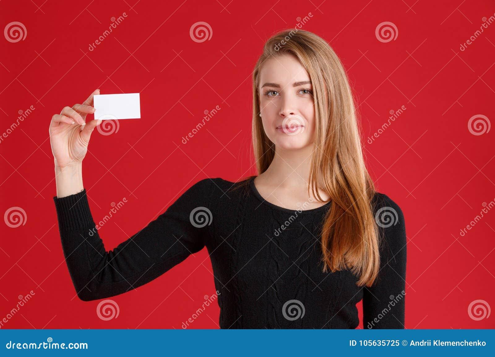 Une Jeune Fille Europeenne Douce De Brune Habillee Dans Un Pull Molletonne Noir Tenant Carte Visite Professionnelle Vide Blanche