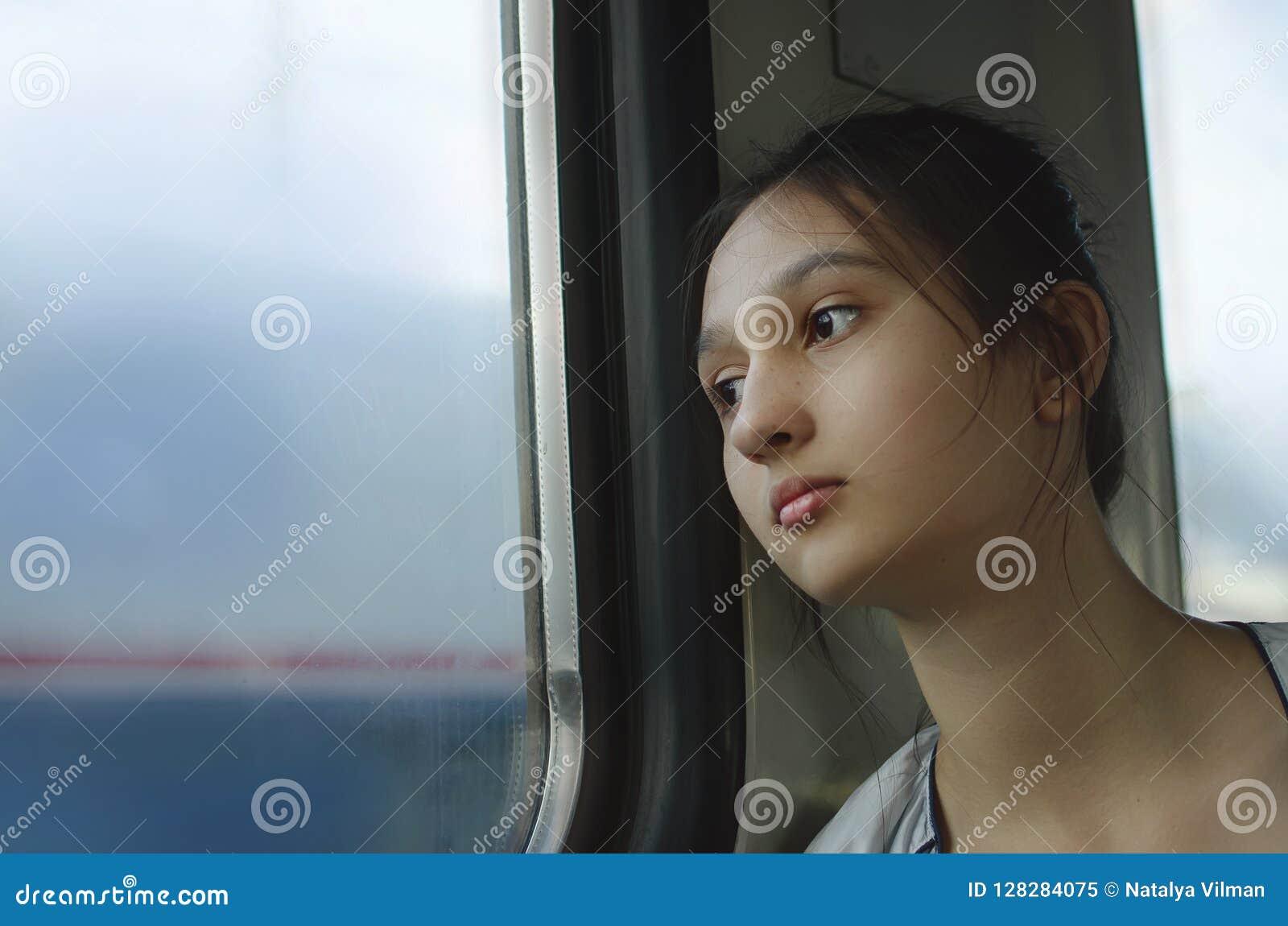 Une jeune fille triste monte un train