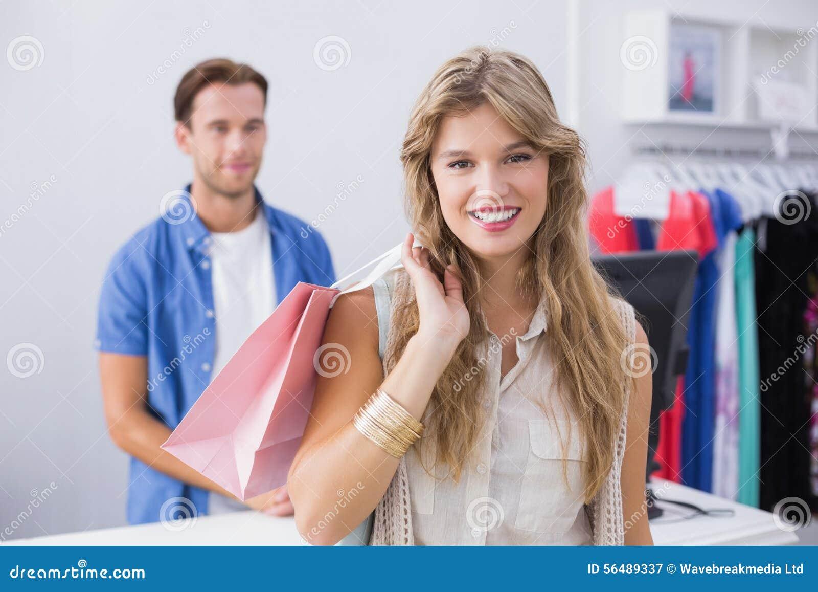 Une jolie femme blonde heureuse de sourire avec un panier