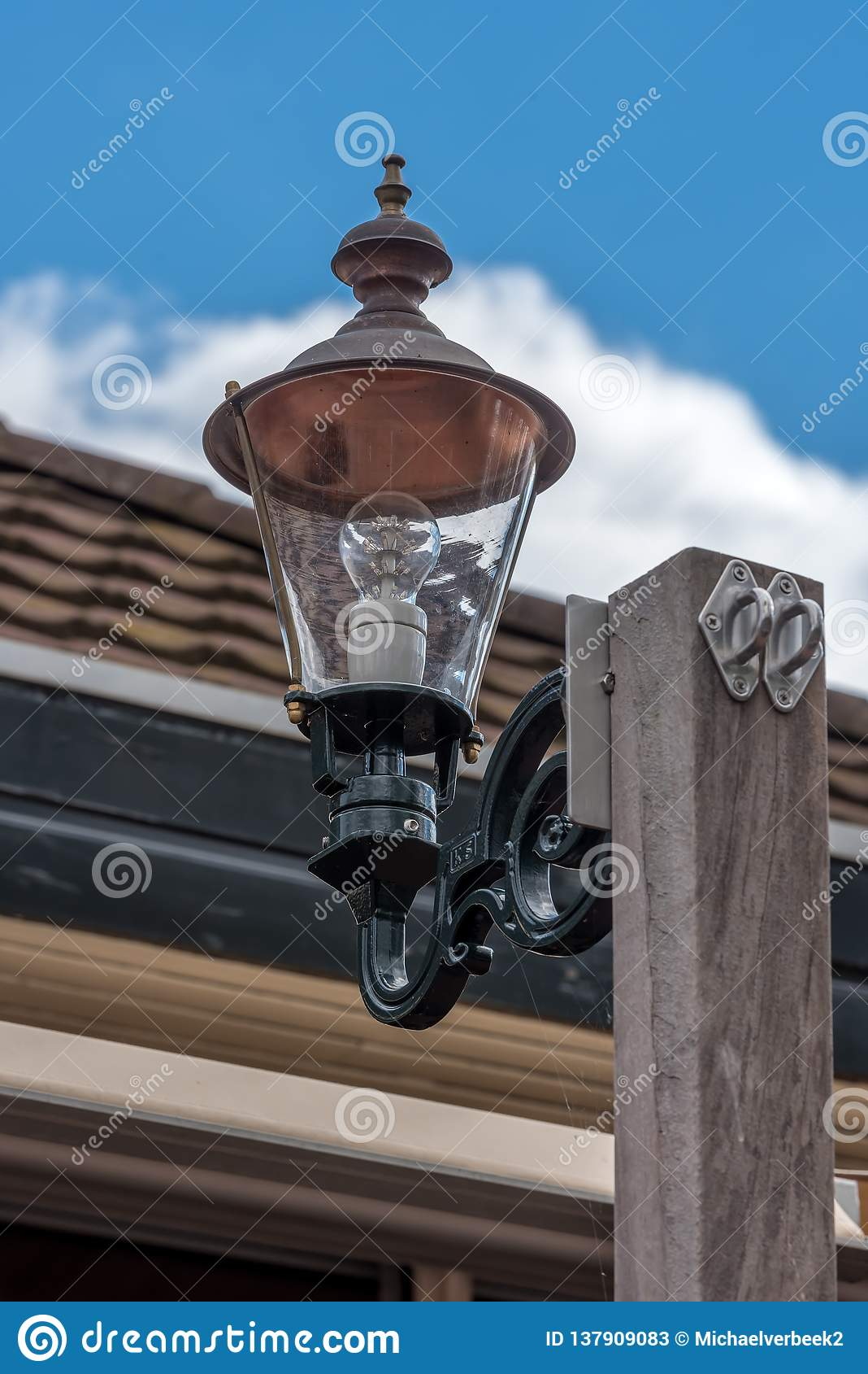 Une lampe de LED sur un poteau