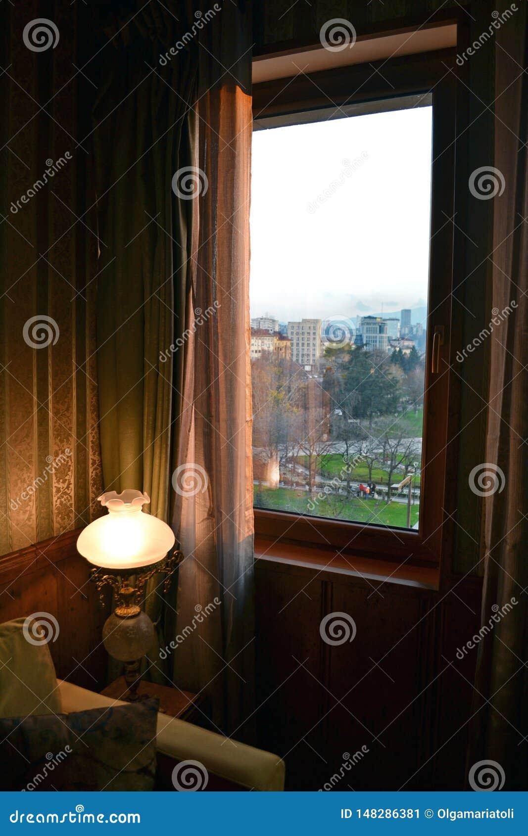 Une lampe près de la fenêtre et de la vue des bâtiments à Sofia central, la capitale de la Bulgarie