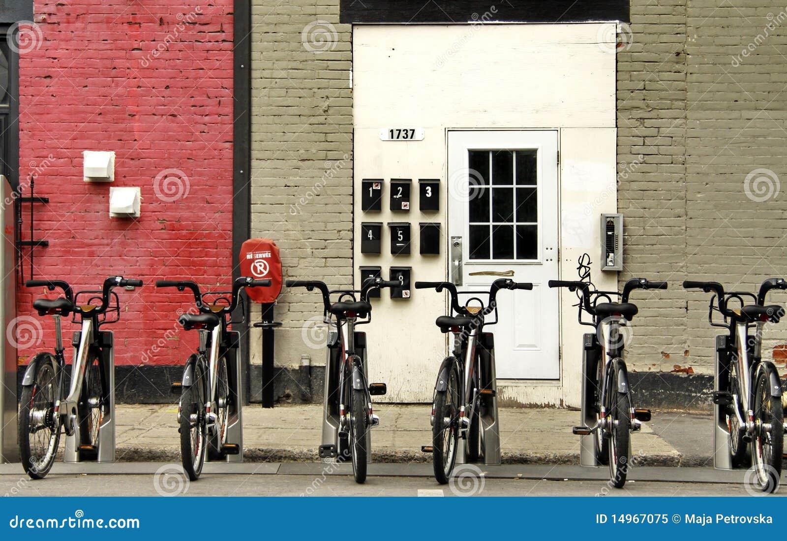 Une ligne des vélos