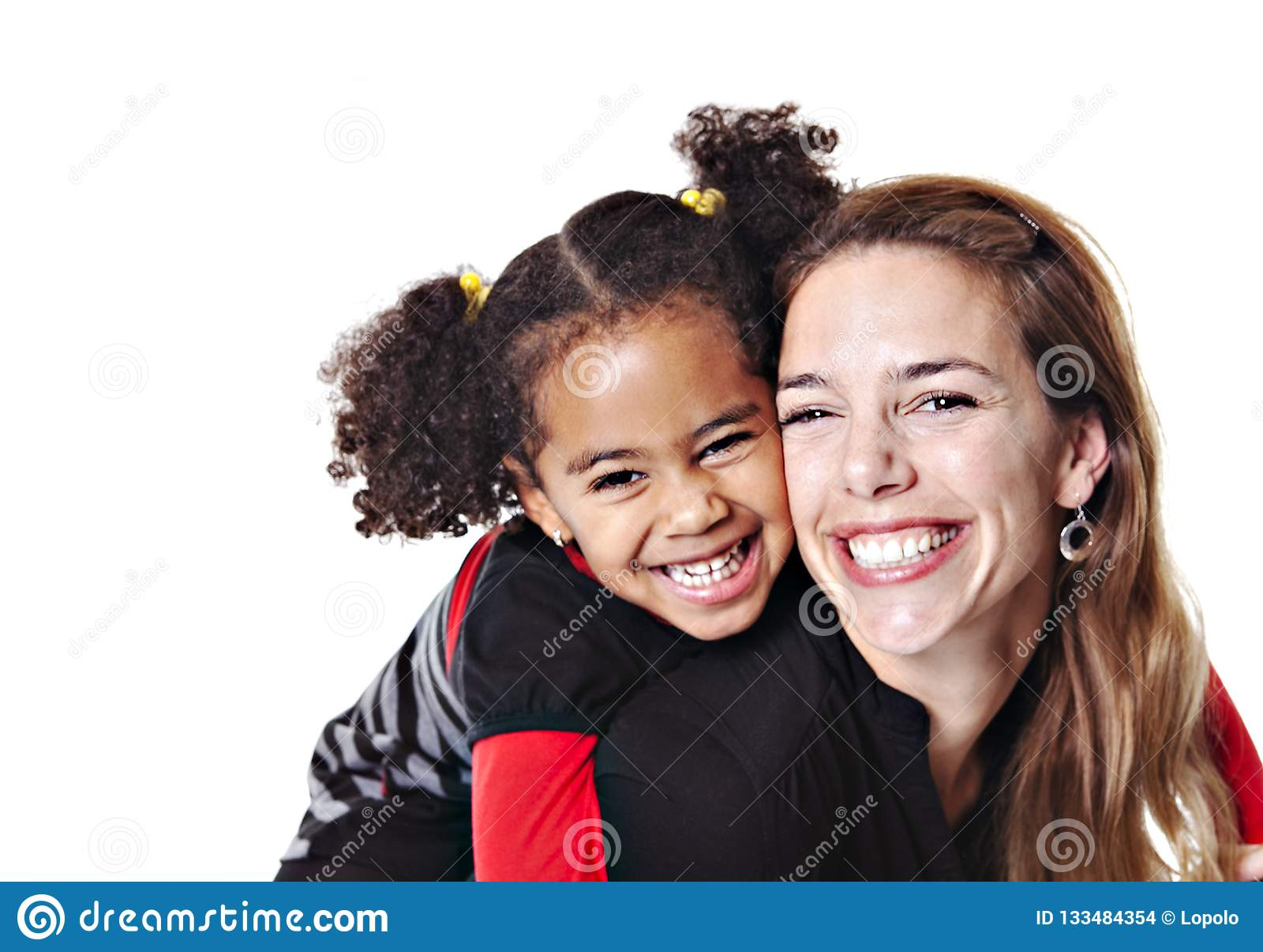 Une mère de famille avec l enfant de fille posant sur un studio blanc de fond