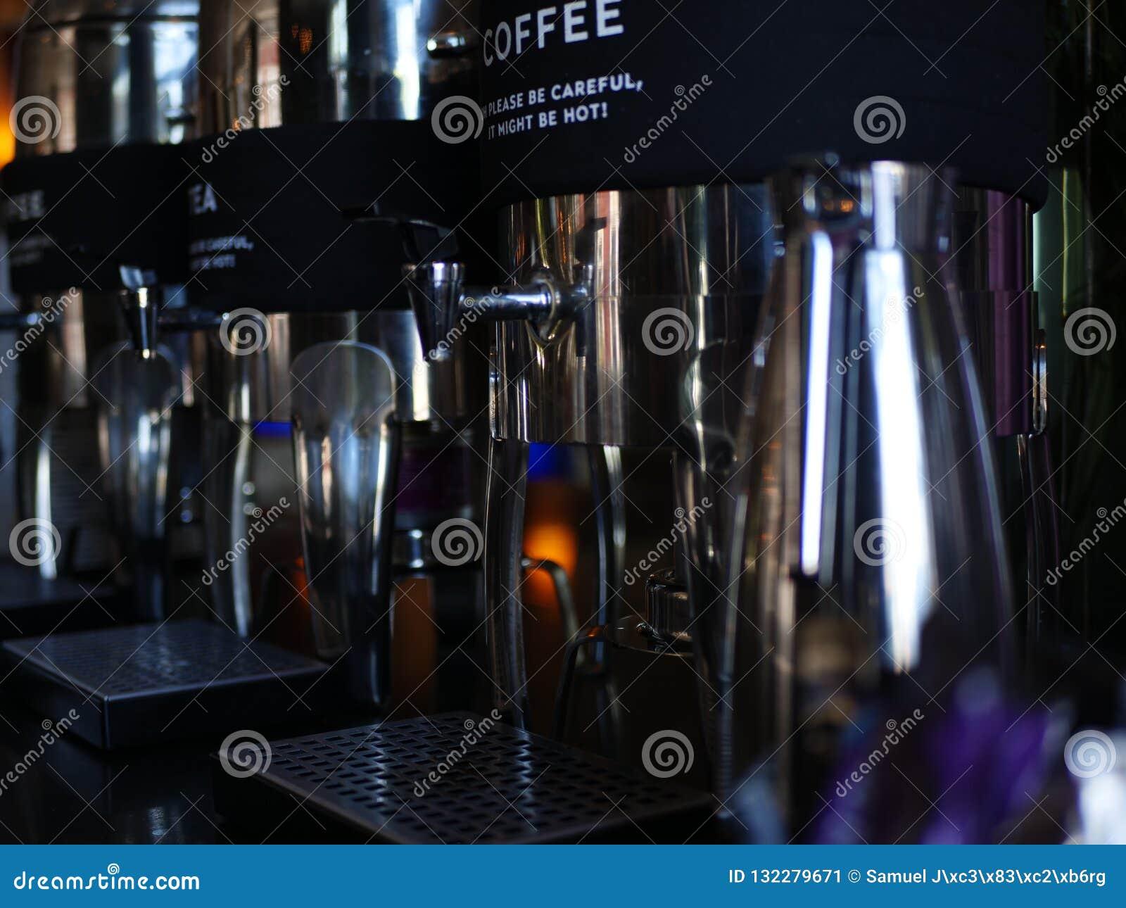 Une machine de café avec un label