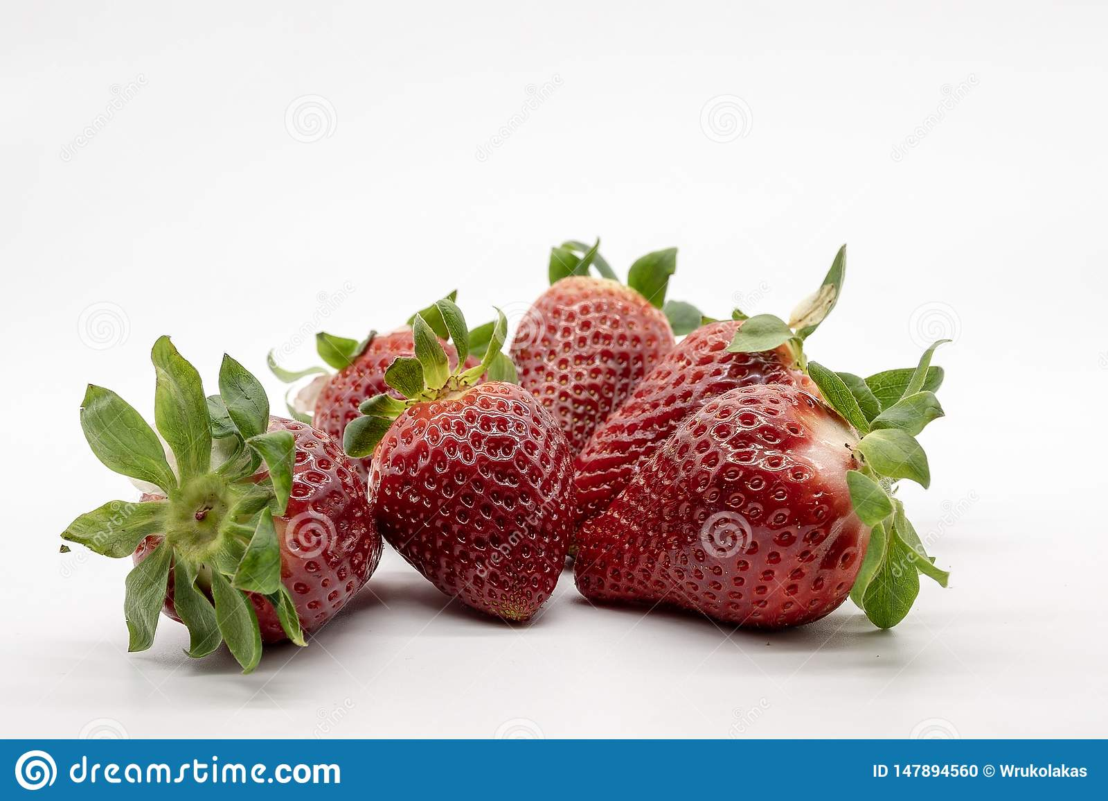 Une main complètement des fraises