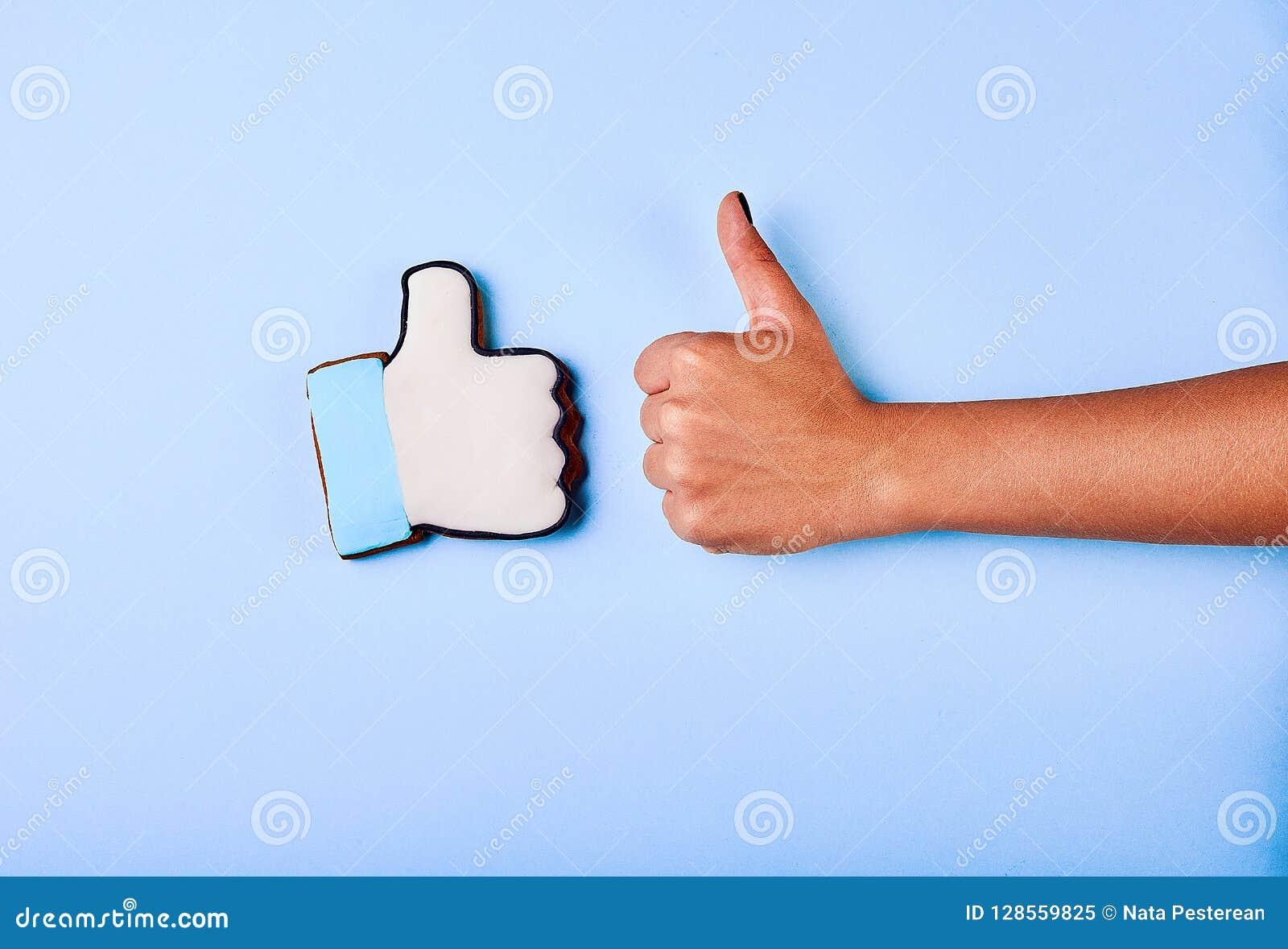 Une main de ` de jeune homme est déploiement des pouces en hausse, indiquant qu il aime ou approuve quelque chose