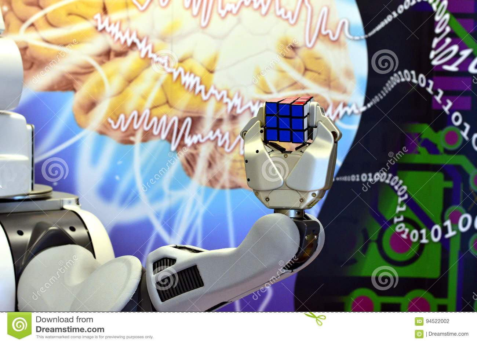 Une main de robot tenant un cube en ` s de Rubik avec le fond abstrait