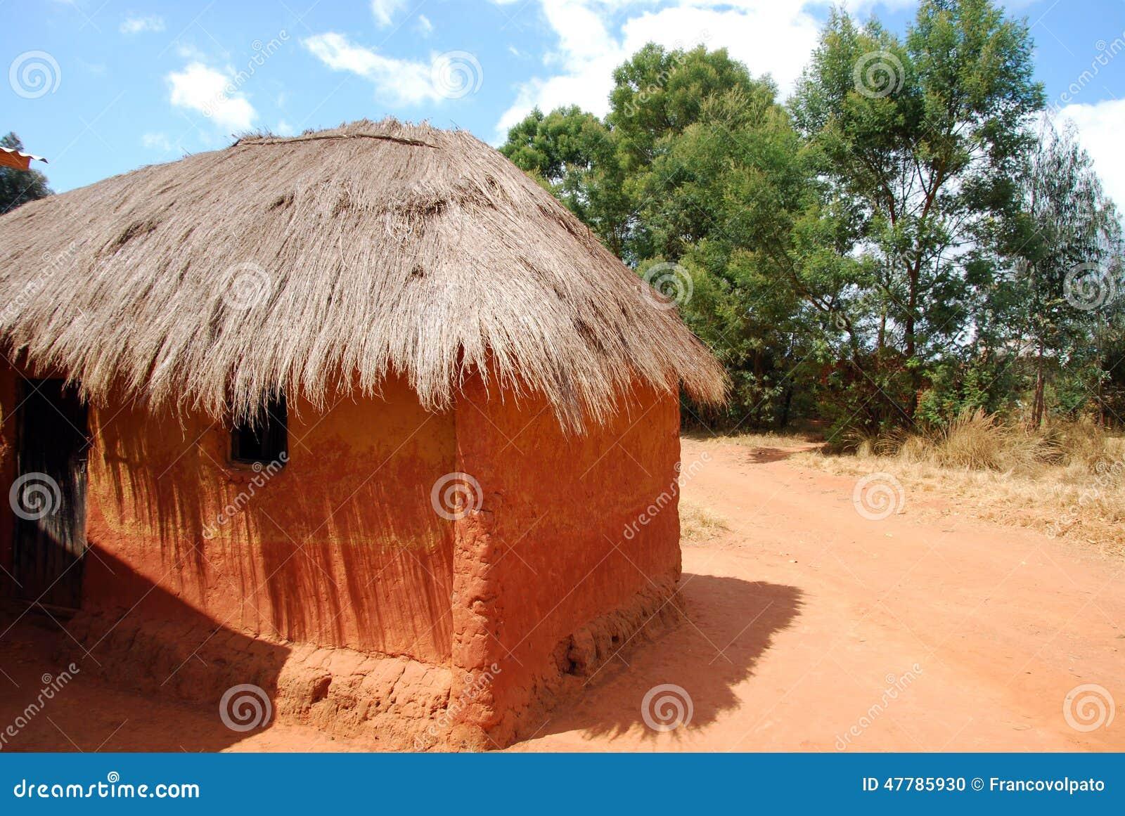 Une maison africaine typique dans le village de pomerini la tanzanie photo stock
