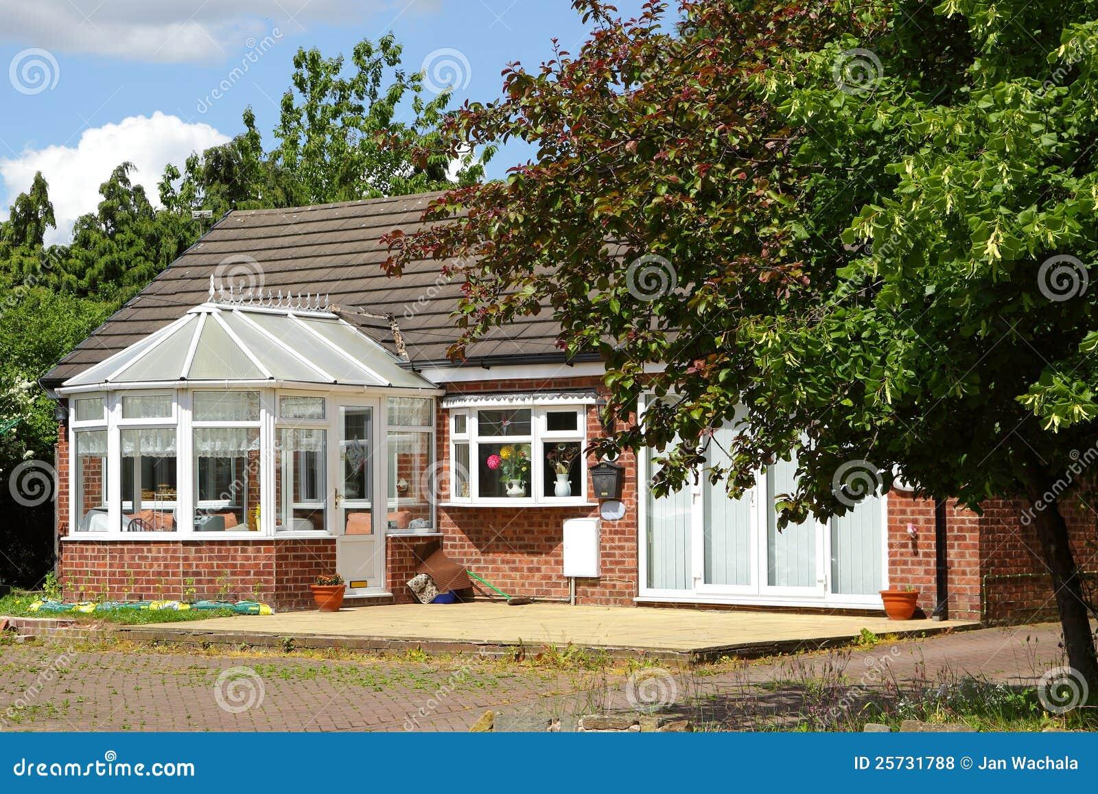 Une maison anglaise typique photos libres de droits for Maison anglaise typique plan