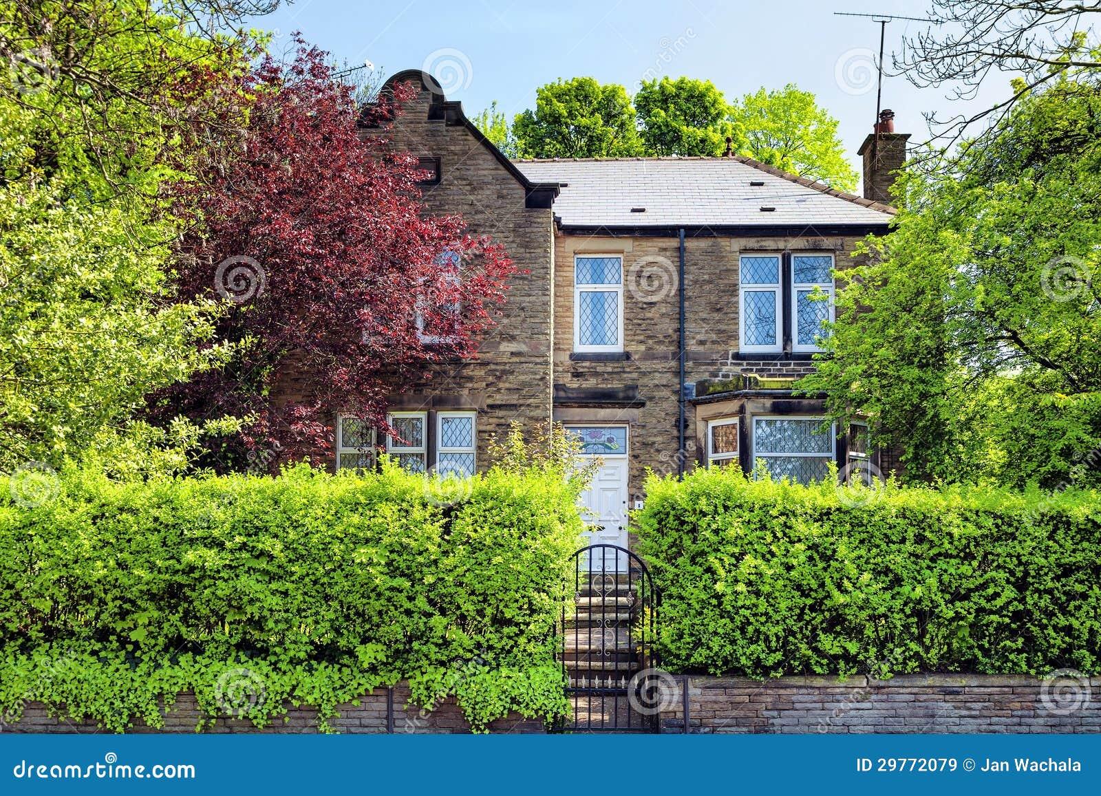 Une maison anglaise typique image stock image 29772079 for Maison anglaise typique plan