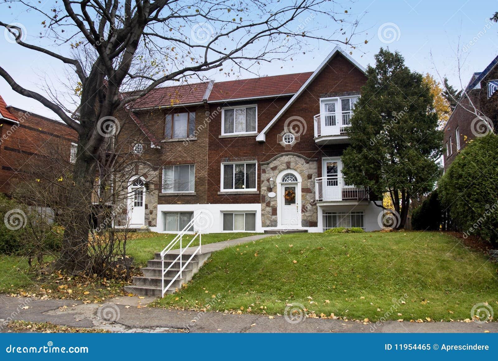Une maison canadienne image stock. Image du bleu, pays ...
