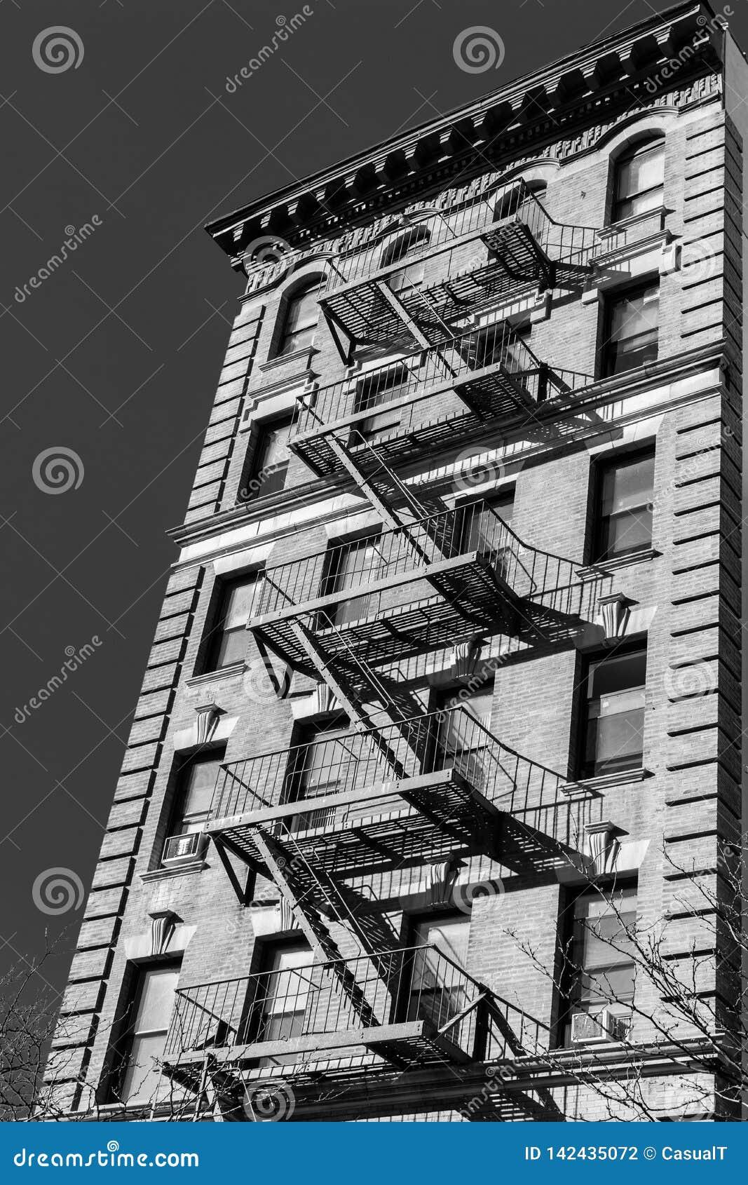 Une maison de grès typique de New York City avec la sortie de secours sur à l extérieur de du bâtiment, en noir et blanc, NY, Eta