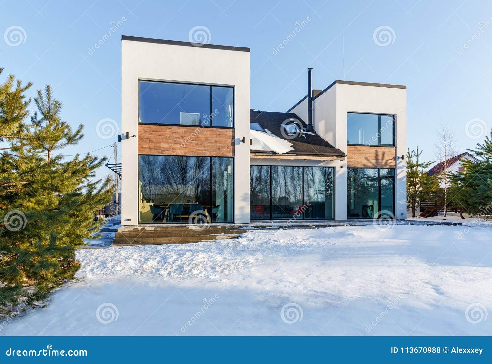 Une Maison Moderne Avec De Grandes Fenêtres Panoramiques à L ...