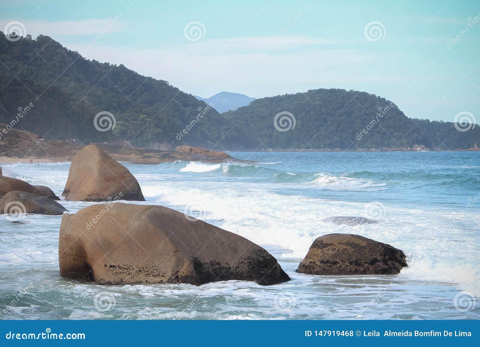 Une mer bleue avec de grandes pierres