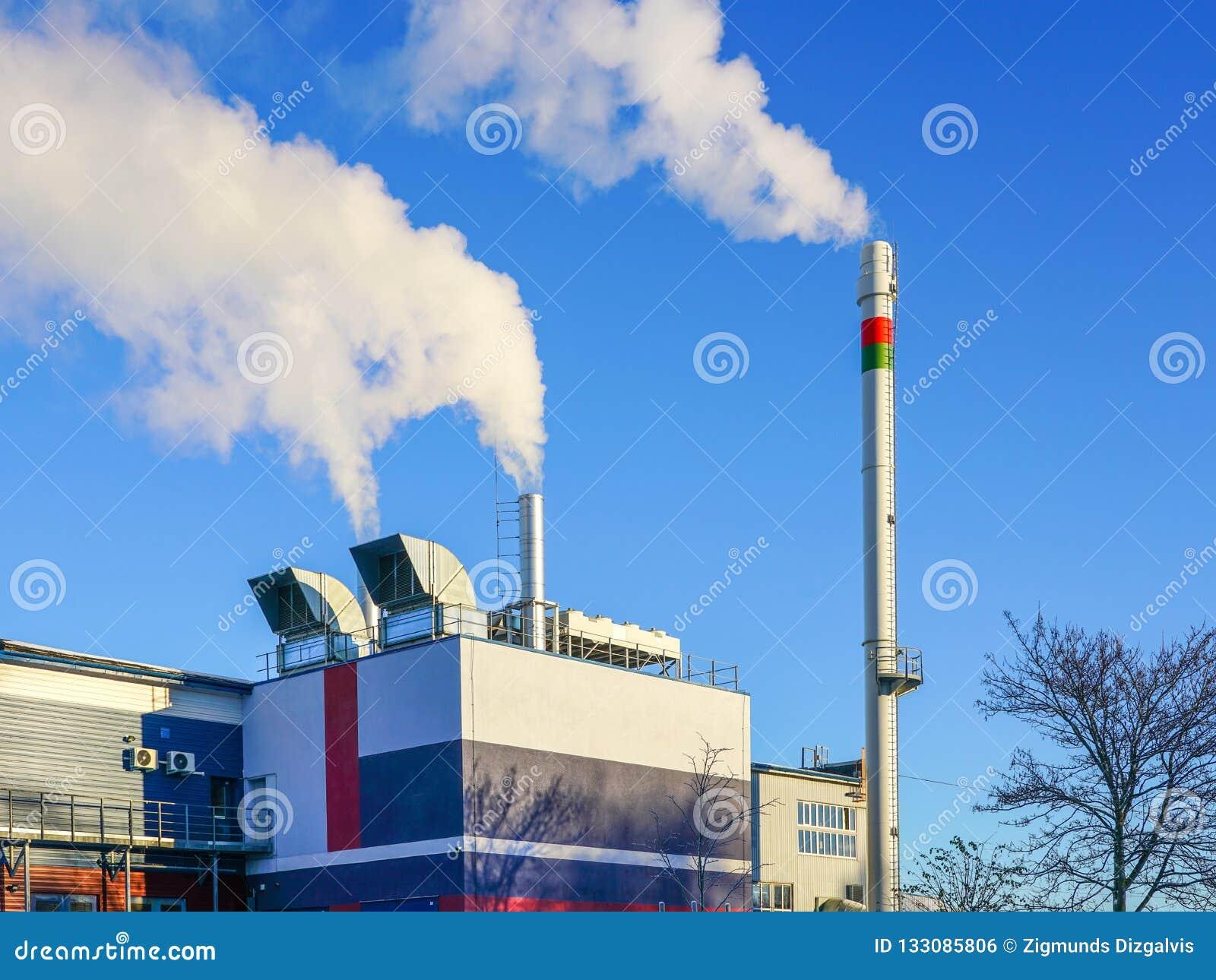 Une nouvelle centrale thermique moderne de production combinée de gaz avec le rendement énergétique thermique élevé