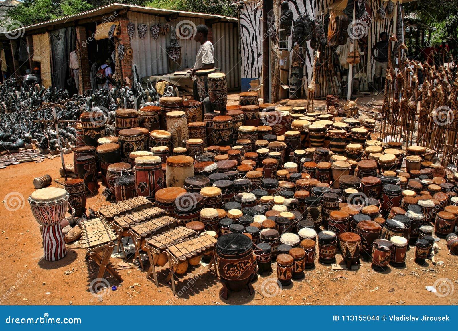 Une offre riche de souvenir au marché, Victoria Falls, Zimbabwe