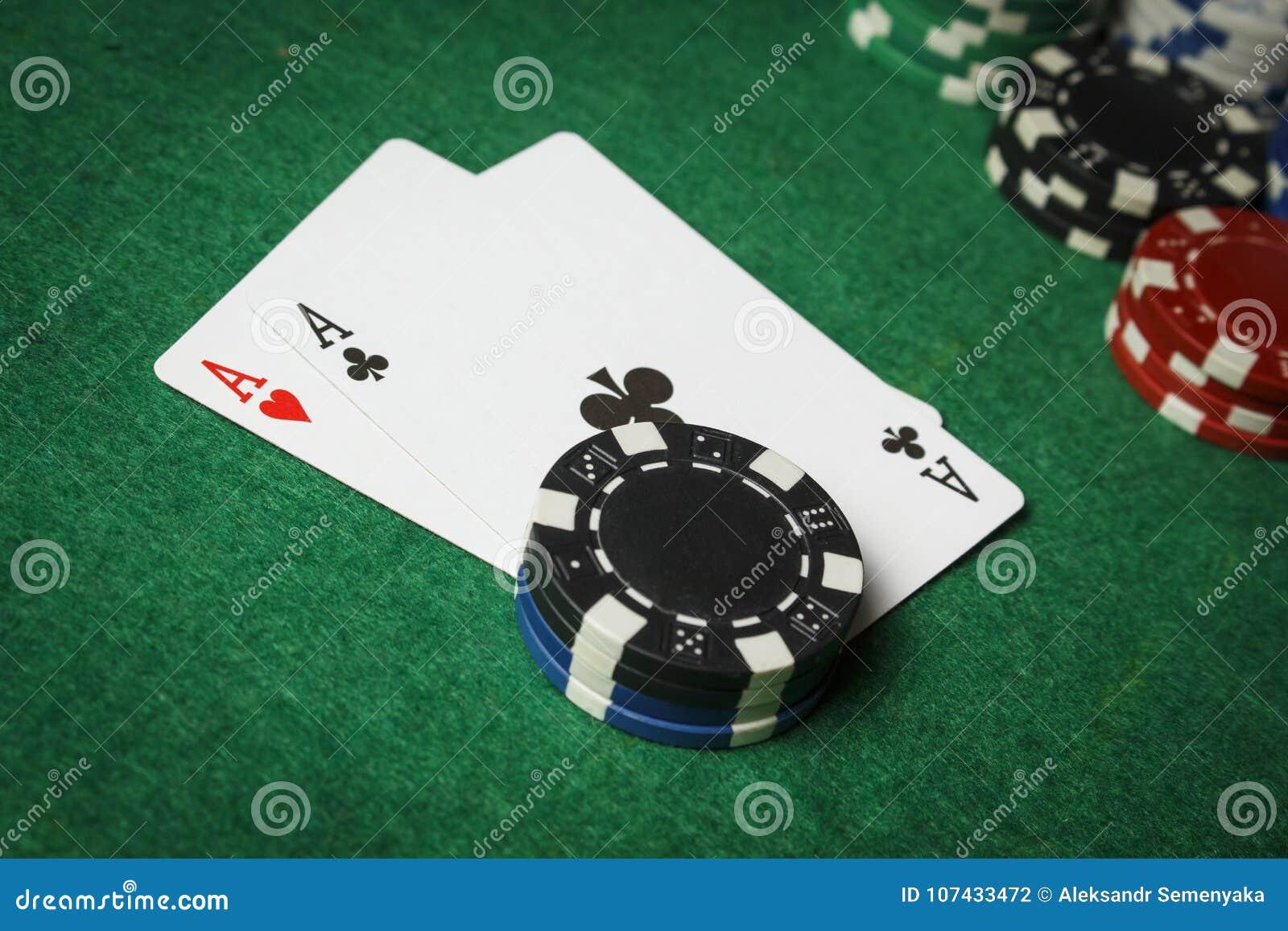 Une paire d as avec une pile des jetons de poker
