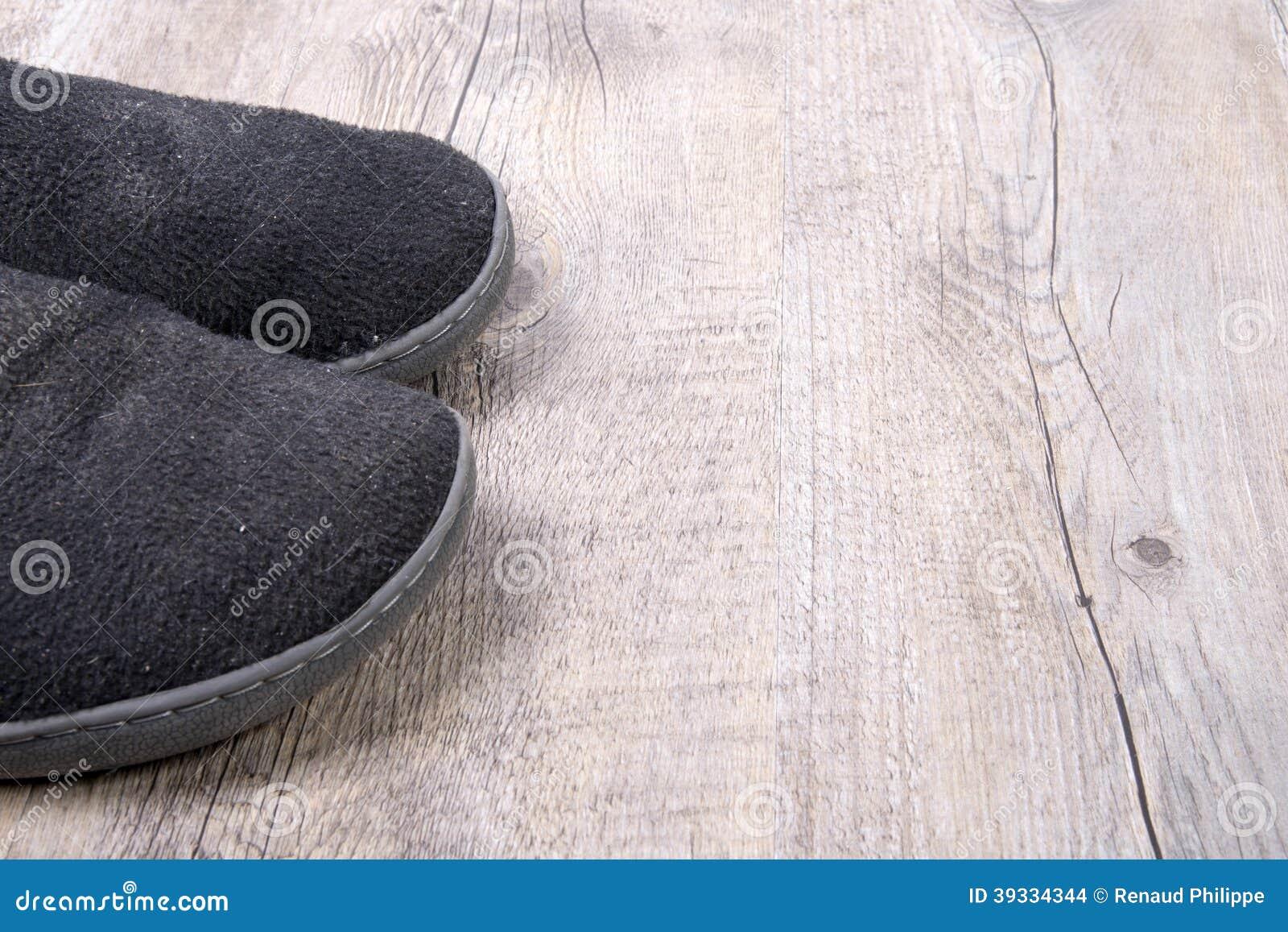 une paire d 39 hommes de pantoufles photo stock image du noir deux 39334344. Black Bedroom Furniture Sets. Home Design Ideas